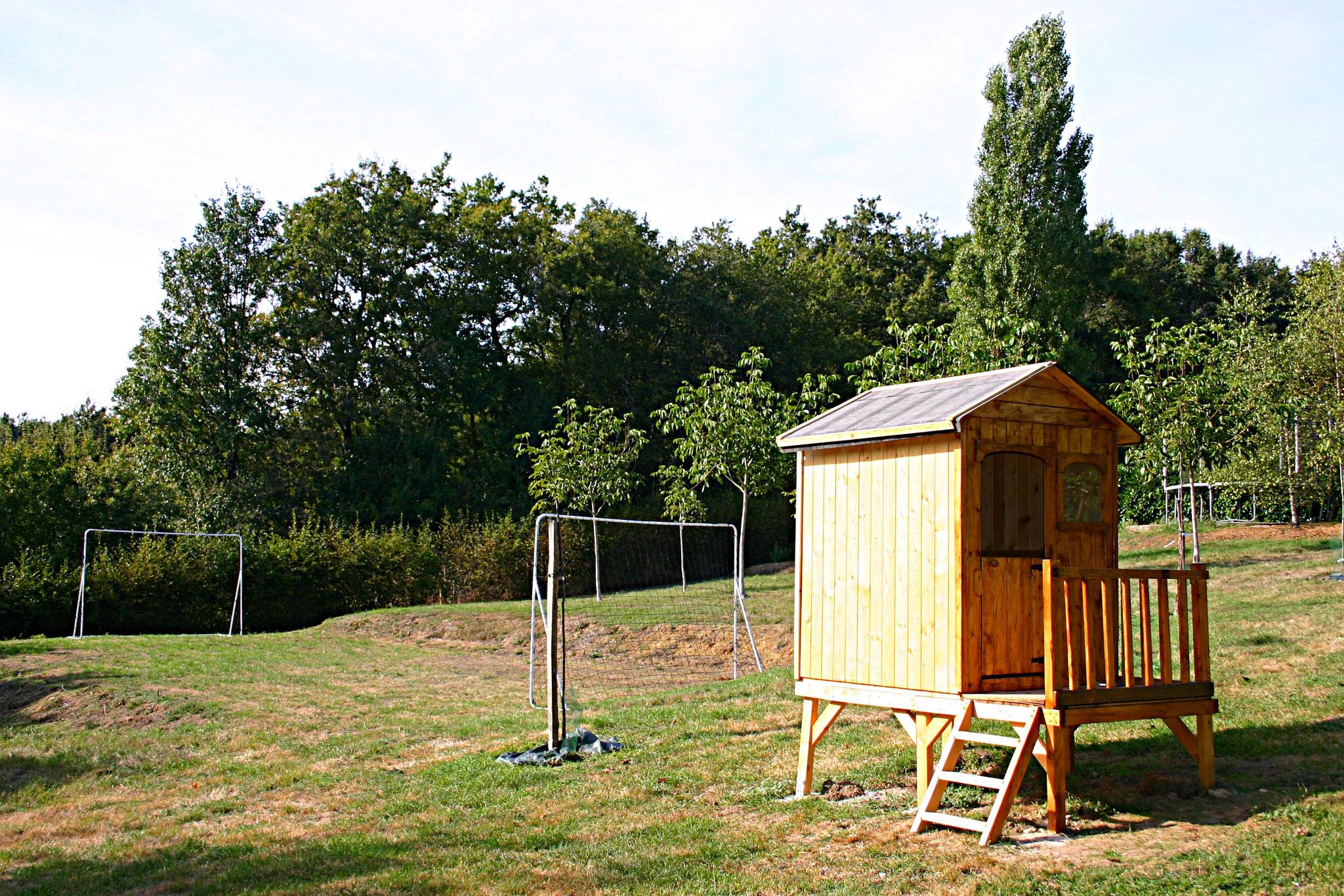 Die Hütte für Kinder und der Fußballplatz