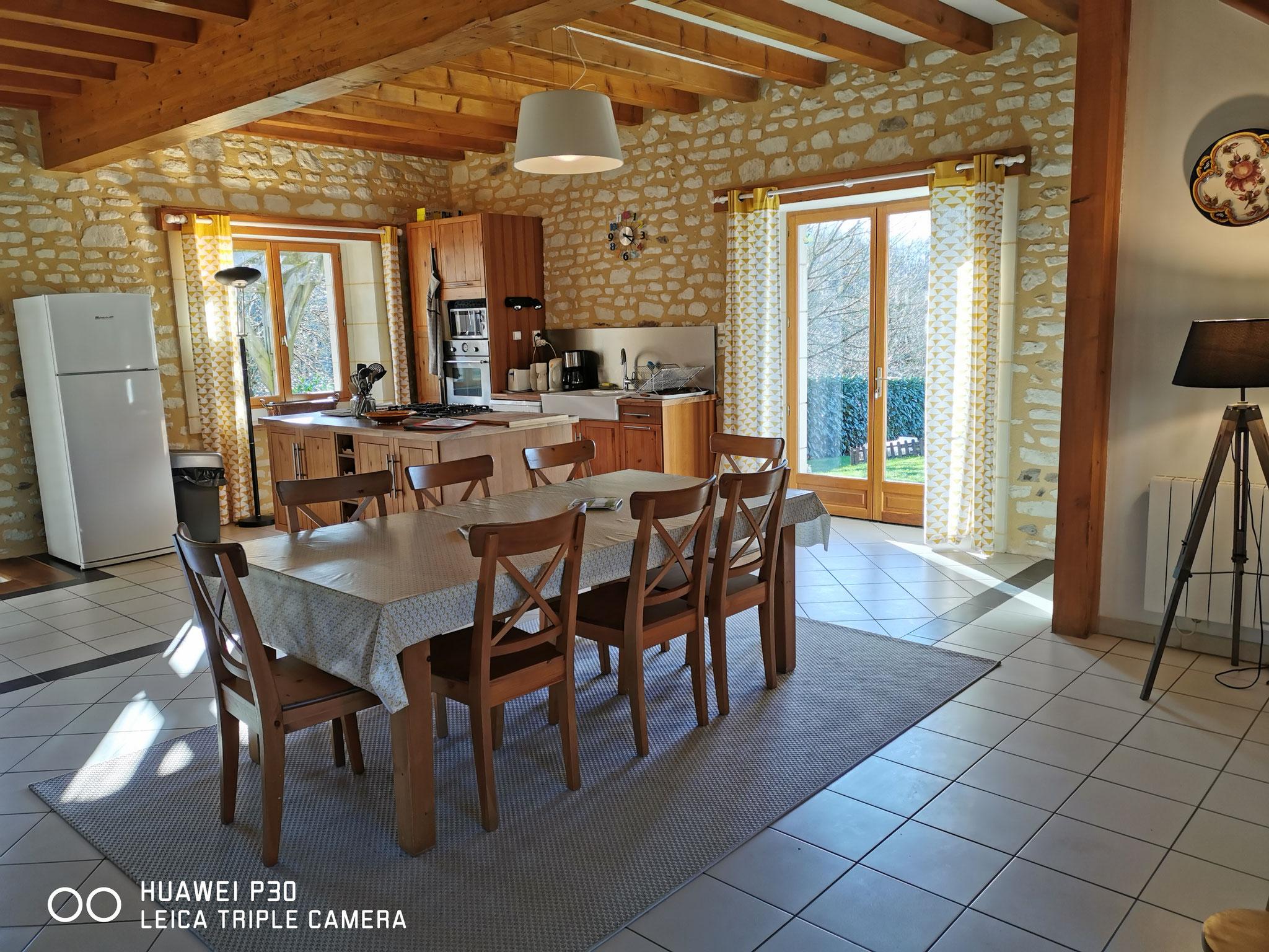 La salle à manger avec la cuisine