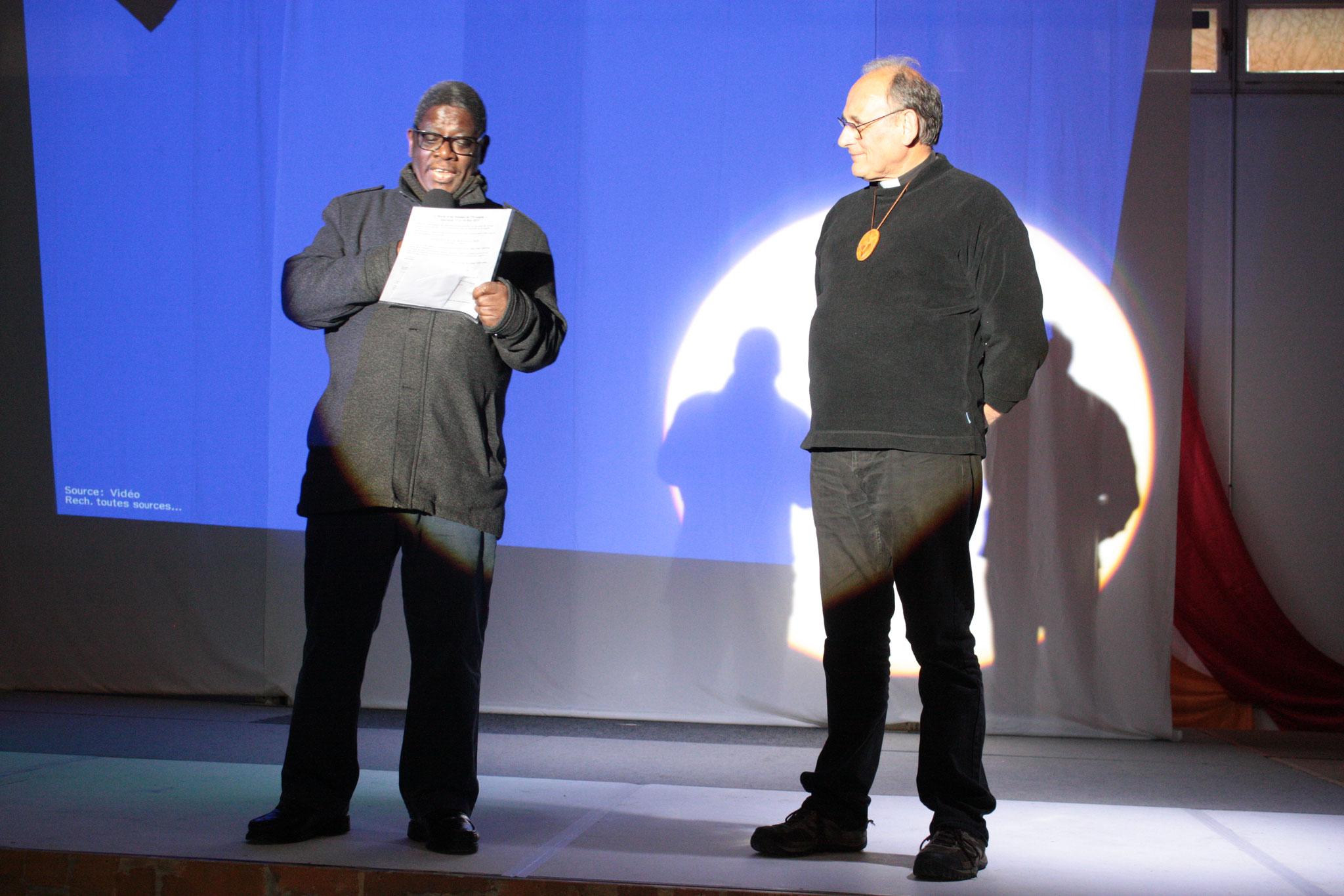 Père Mathias (paroisse) et père Serge Solignac (Baladins) - photo JDR