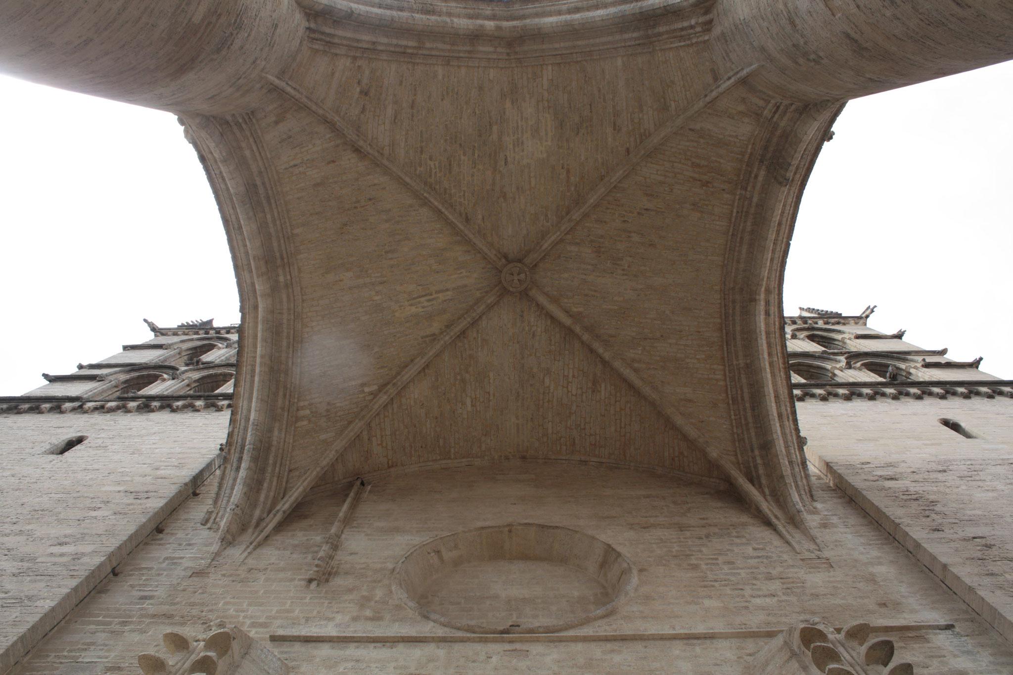 Le dessous de l'arche de la cathédrale St Pierre  - photo JDR