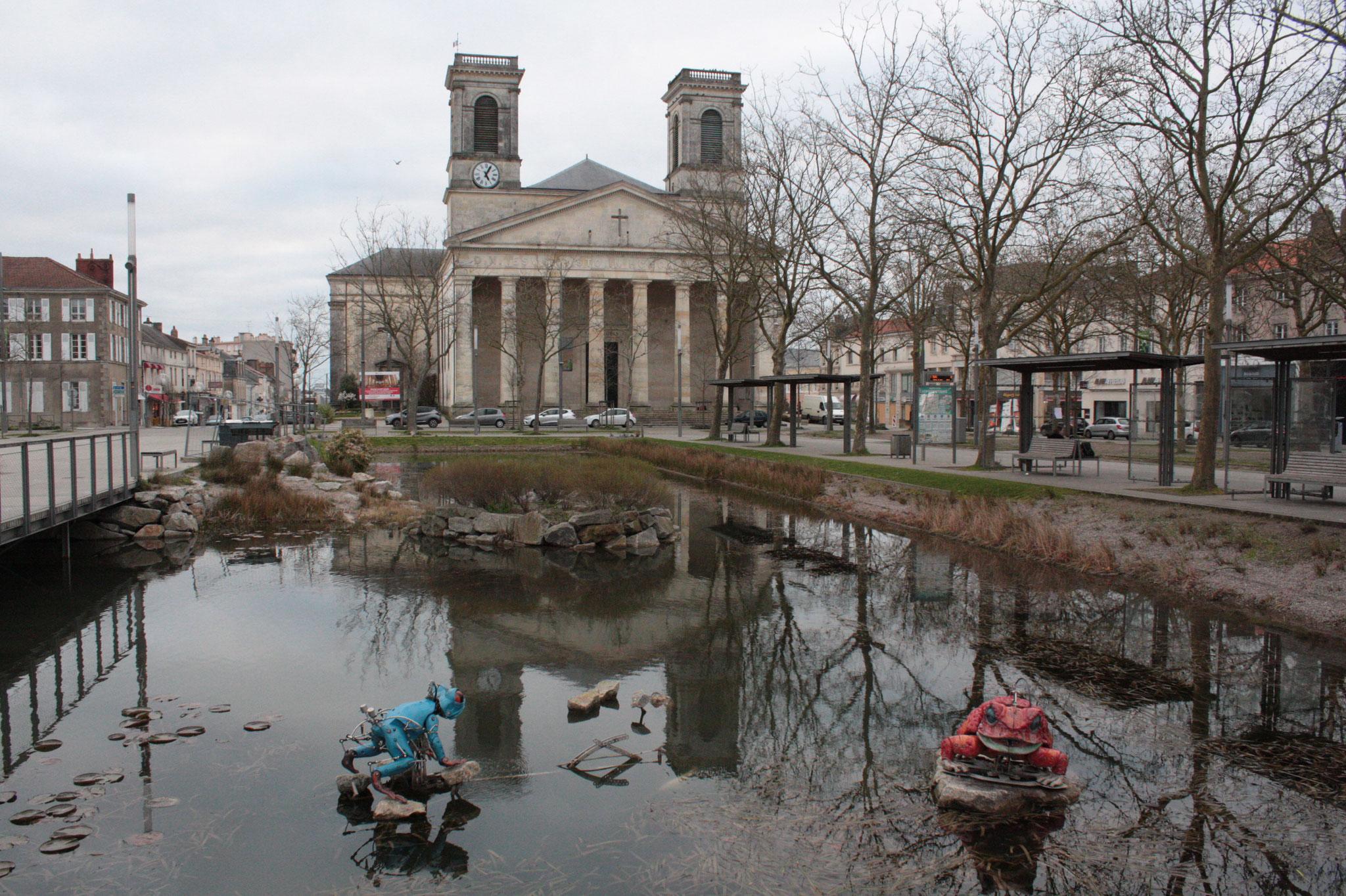 """Eglise St Louis et les grenouilles """"parlantes"""" de la place Napoléon - (c) JDR"""