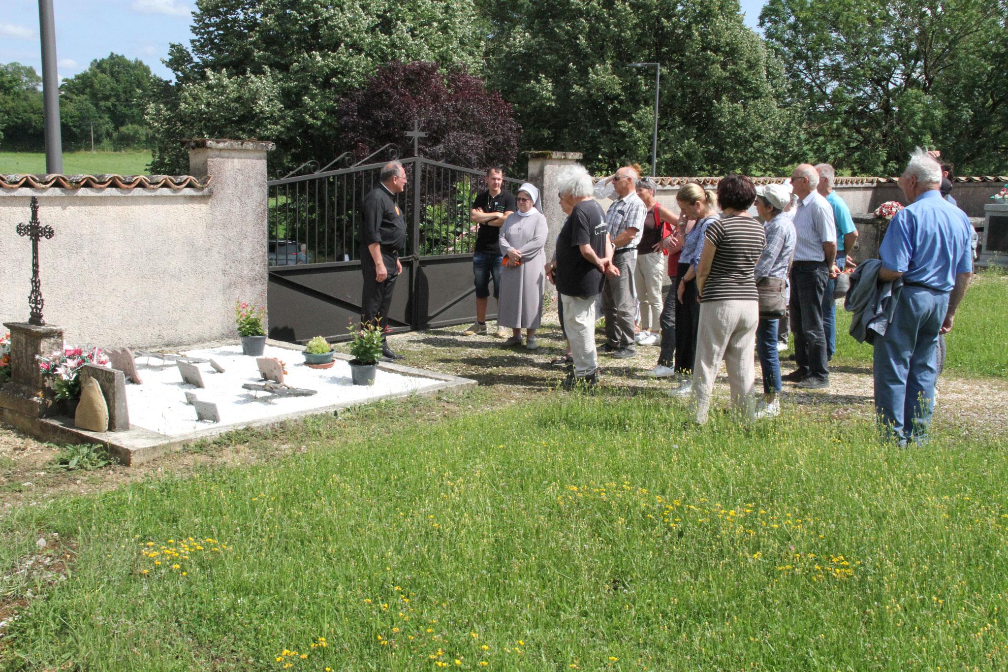Recueillement sur la tombe du père J. Vieilledent à St Peyronis (c)JDR