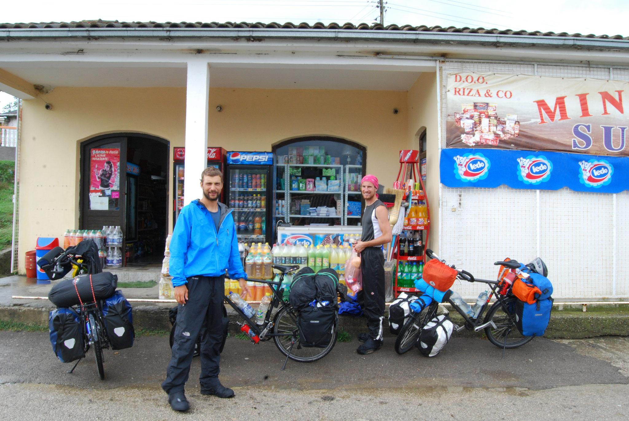 Dernier petit ravitaillement dans une épicerie avant la frontière albanaise (Davide et Gaëtan)