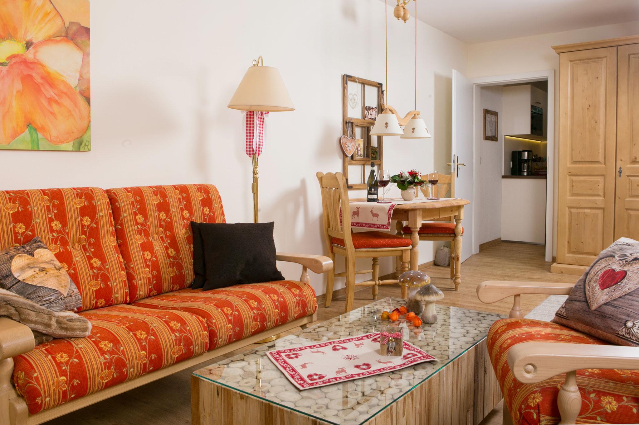 Sitzecke mit Blick zur separaten Küche