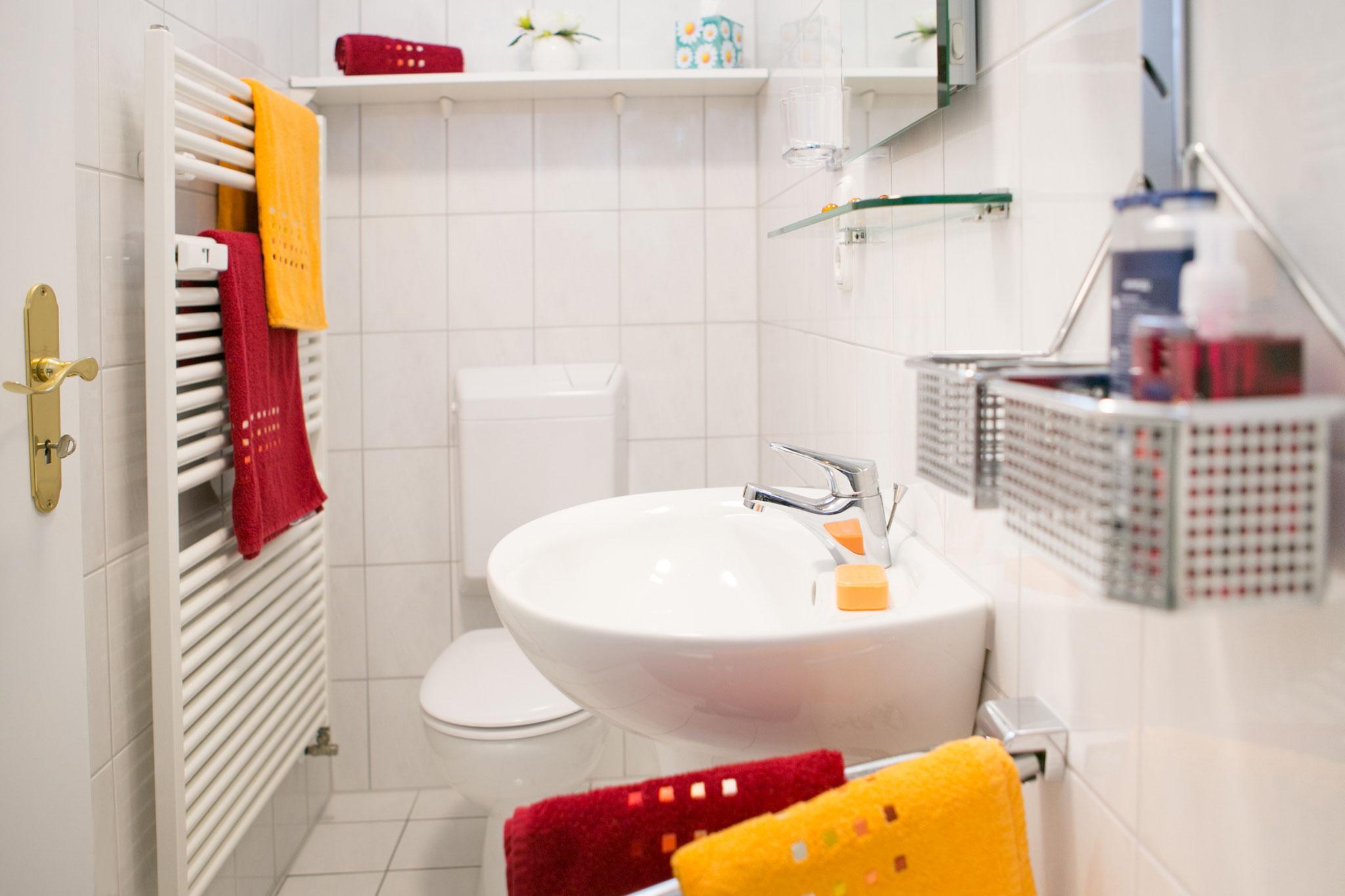 Bad mit Waschbecken und Toilette; Fenster