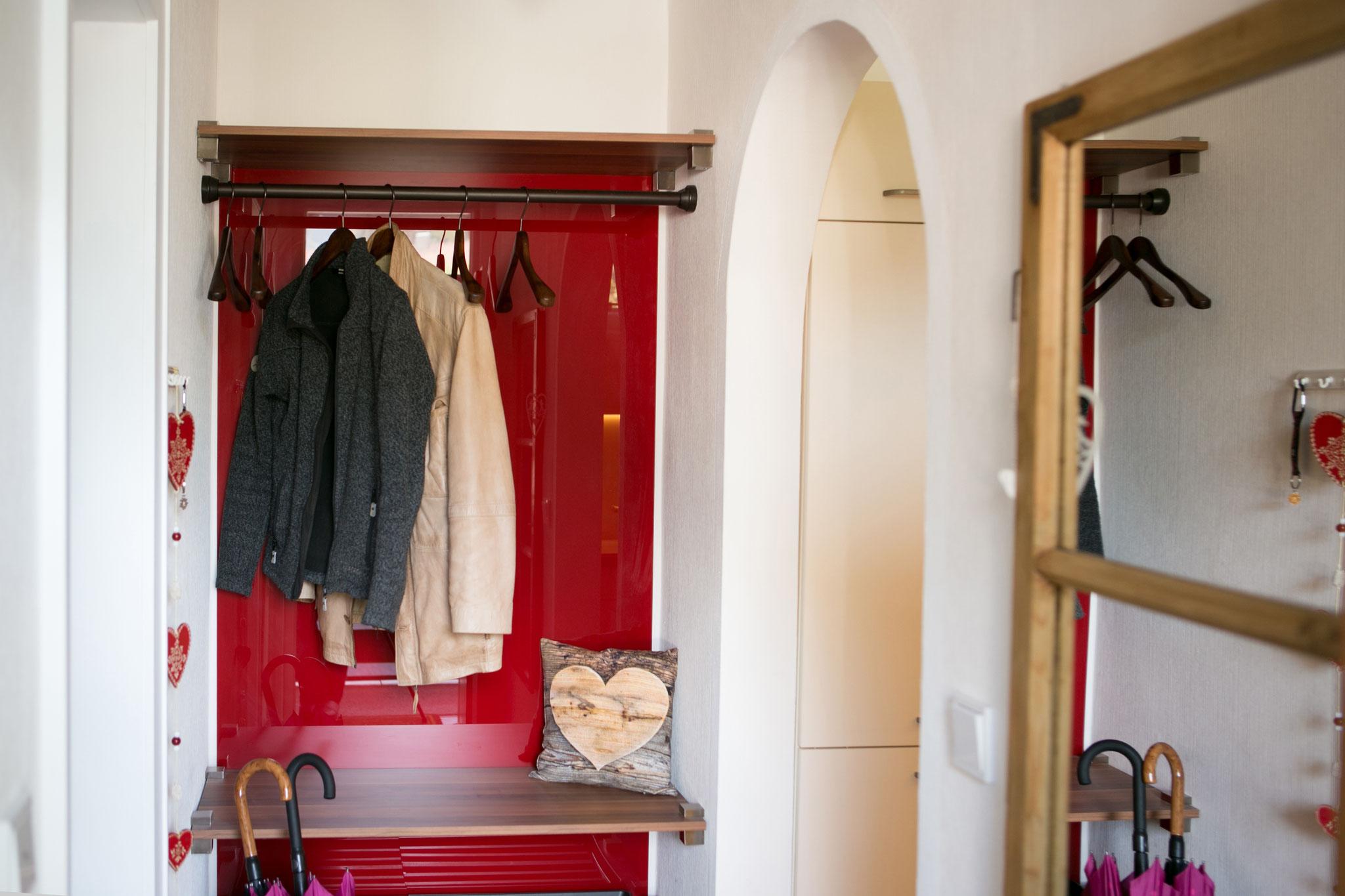 Garderobe mit Ablage für einen Koffer und Stauraum für diverse paar Schuhe