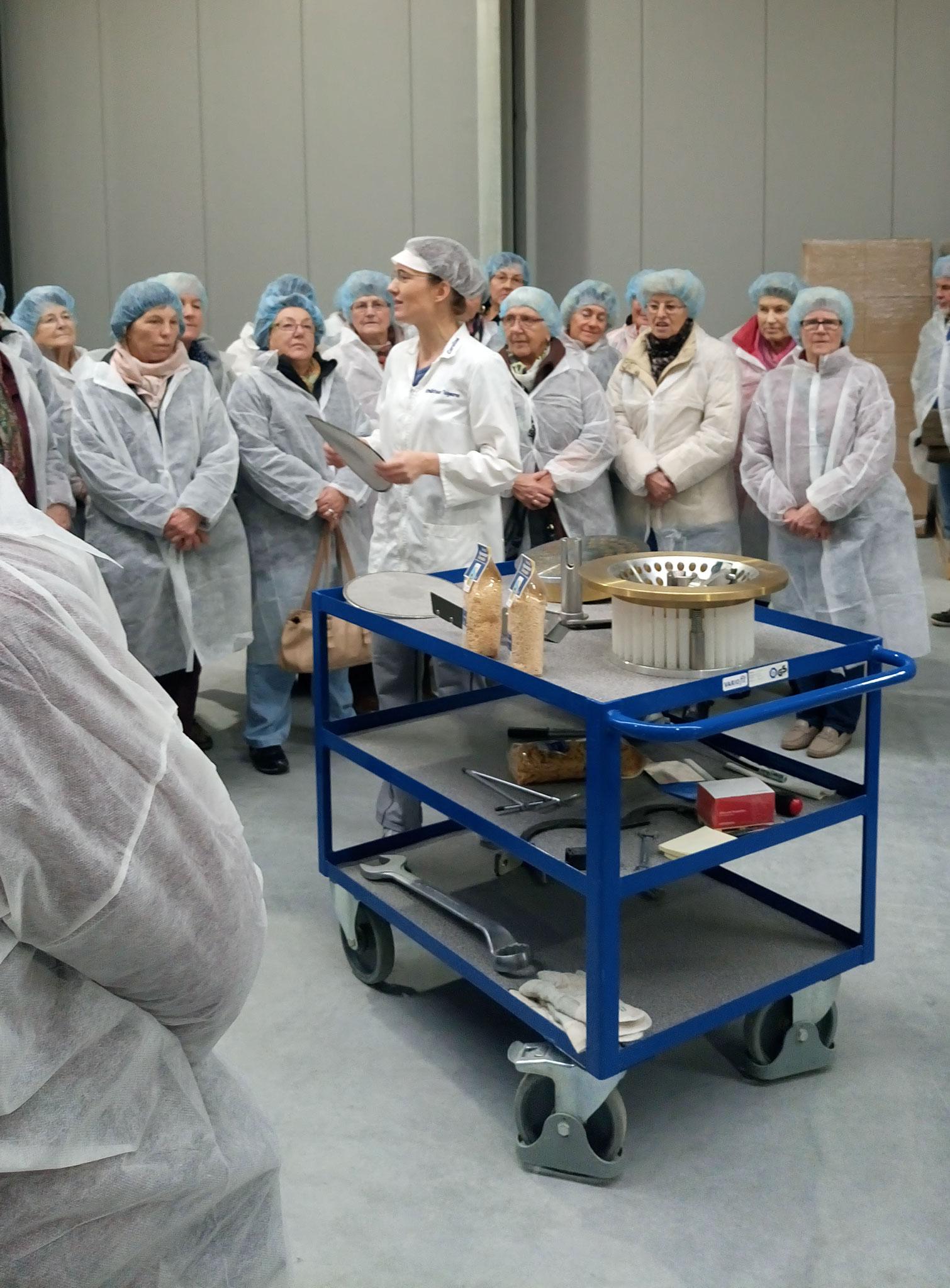 Frau Caroline Schnell erklärte uns anschaulich die Herstellung der hochwertigen Nudeln.