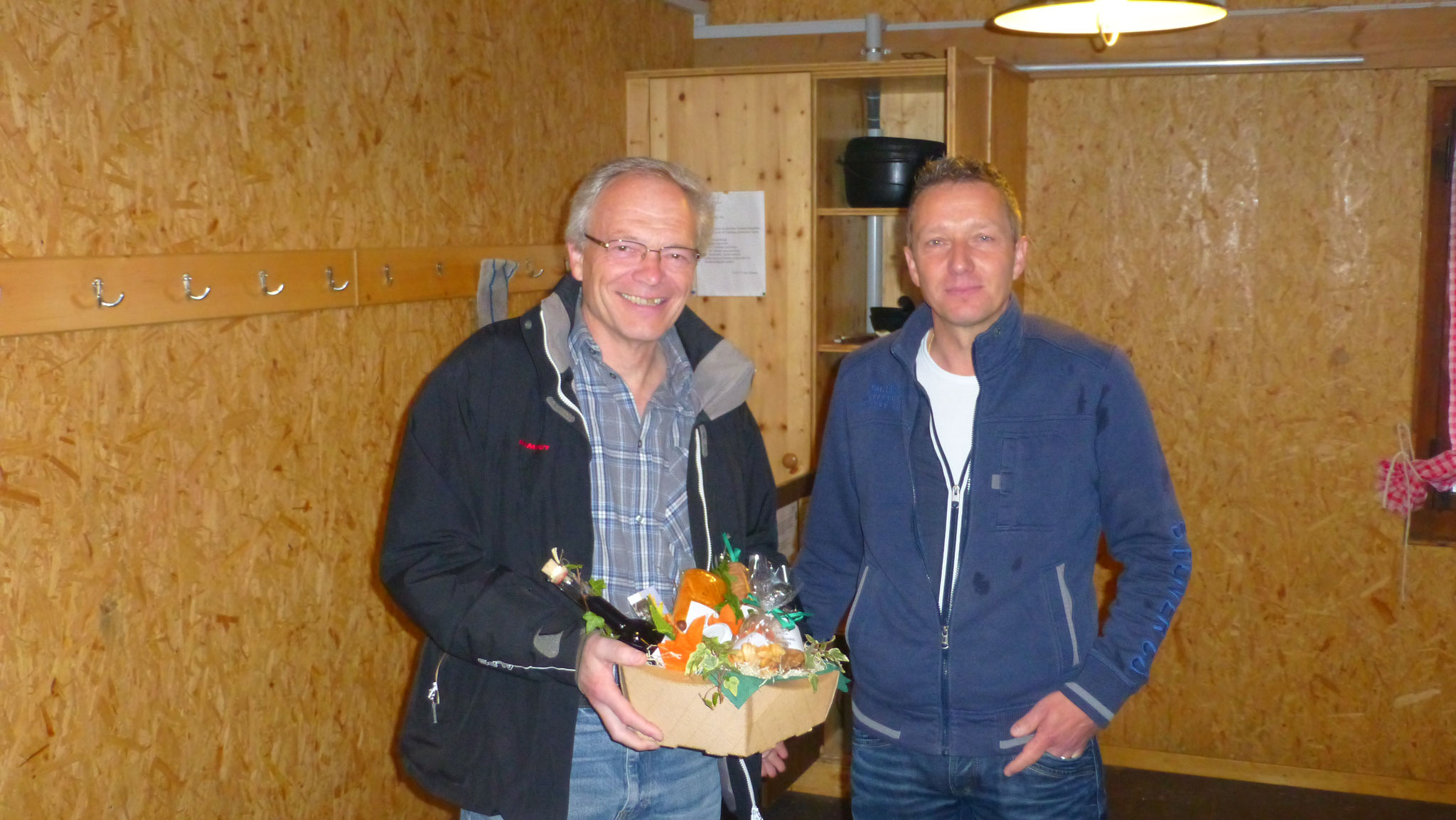 Martin Abt bedankt sich bei Hanspeter Schümperli für die interessante Führung