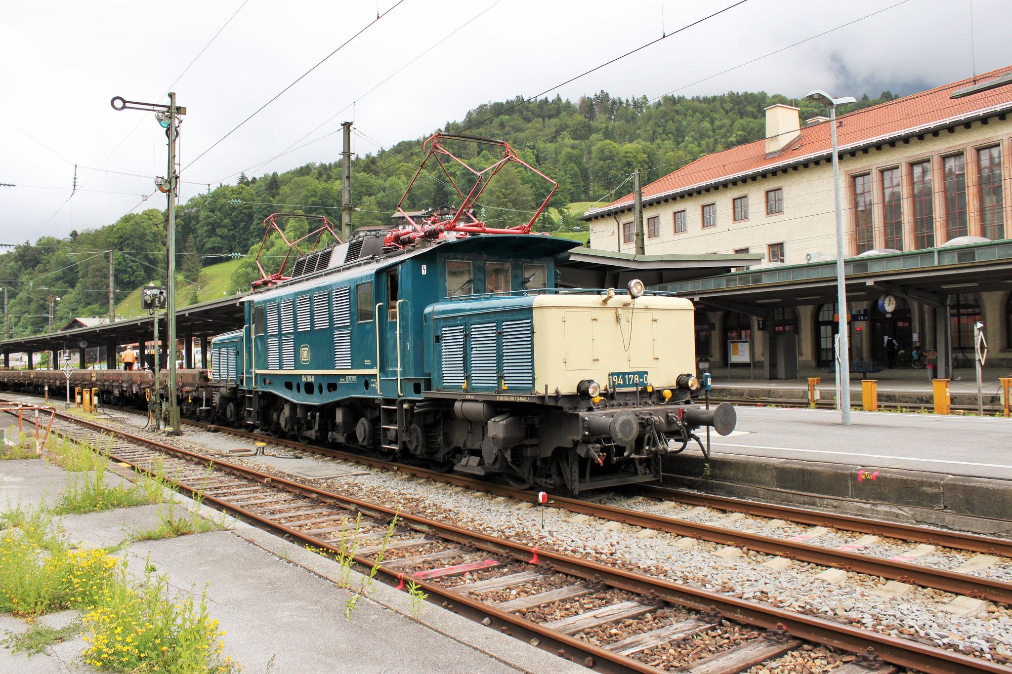 194 178-0 mit einem Bauzug in Berchtesgaden