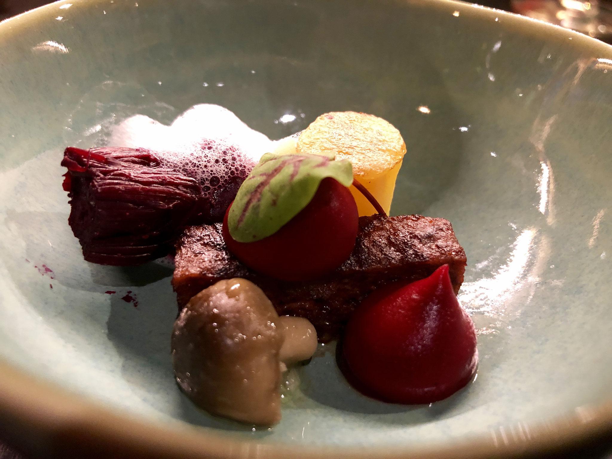 Gekonfijte Nicola aardappel-texturen van rode biet- soja tray-beukenzwam