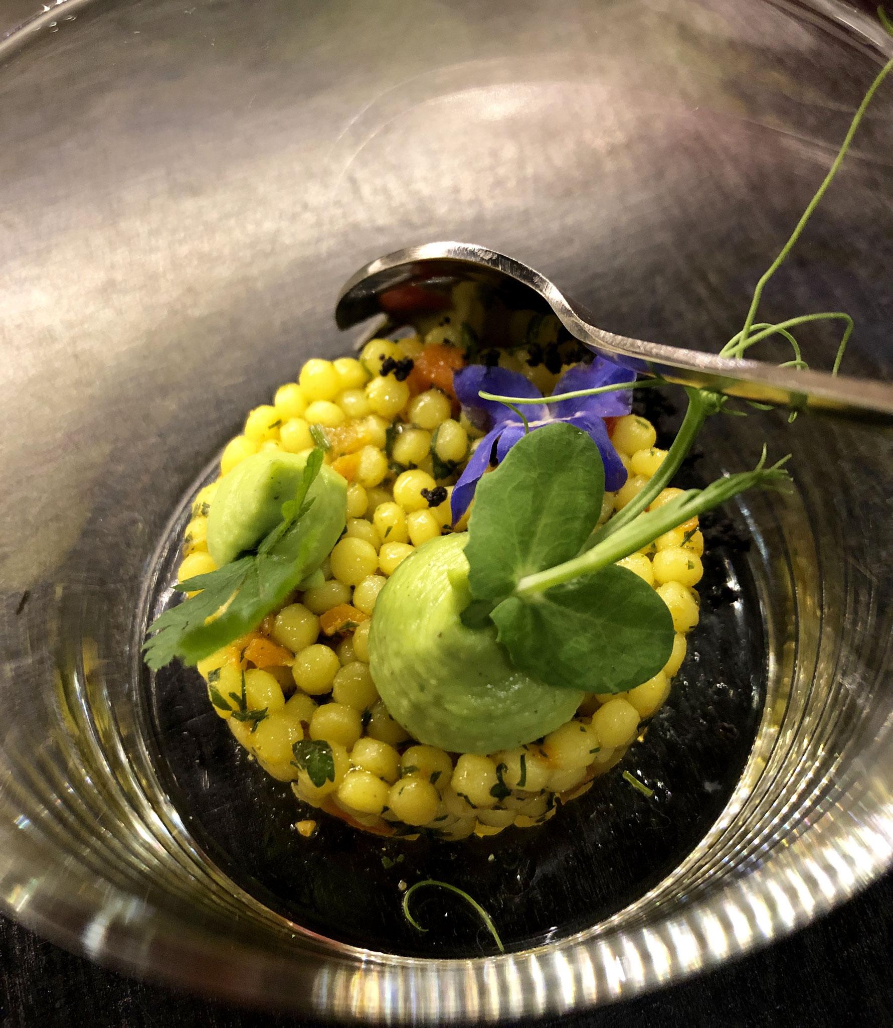 bij de Parelcouscous met Mediterraanse kruiden-brunoise van Belgische groenten-vers gehakte groene kruiden