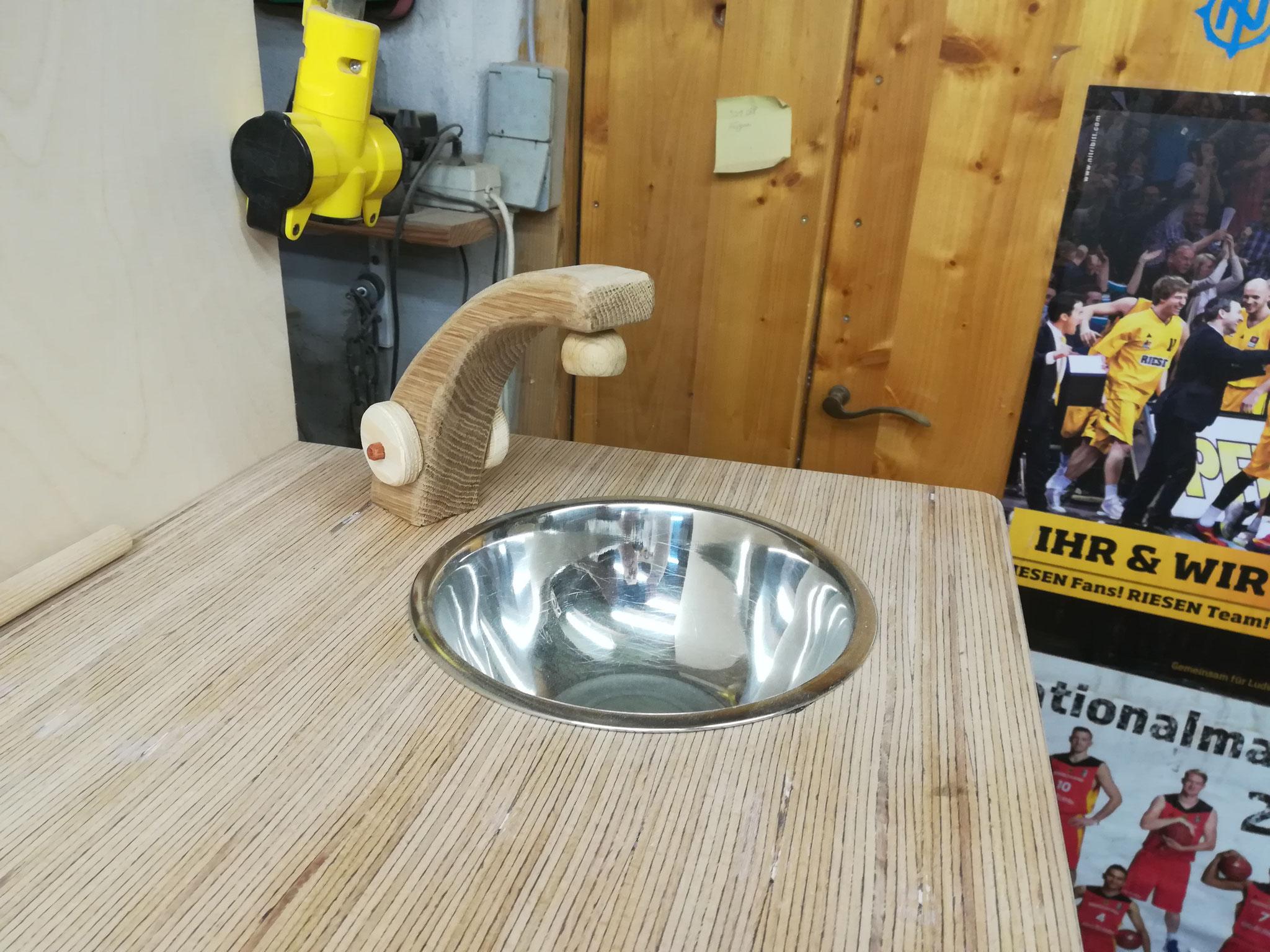 Waschbecken mit Hahn