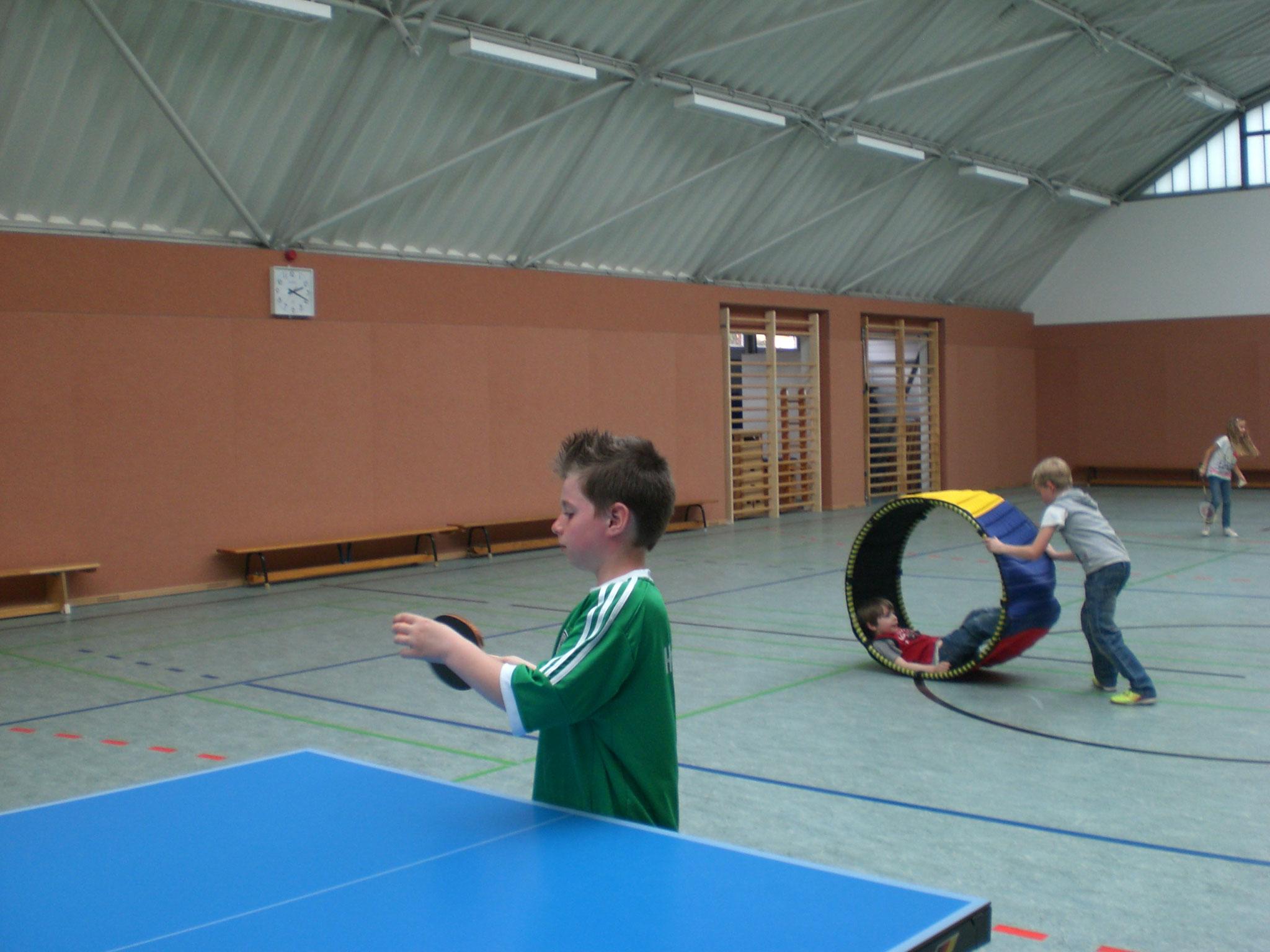 Sportspiele in der Turnhalle