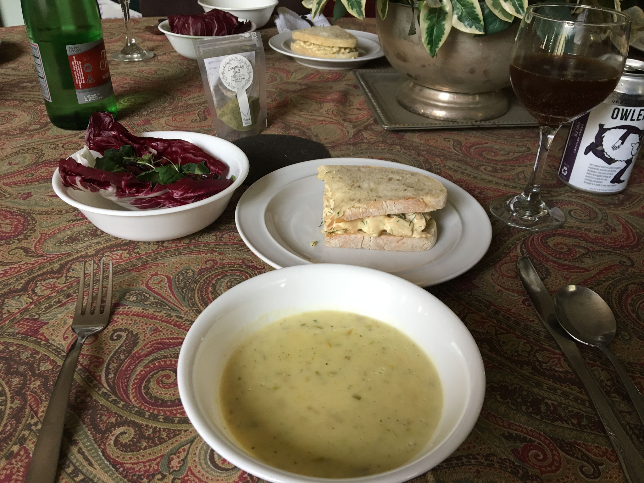 ローストビーツと野菜のサラダ、チキンサンド、ポロネギとジャガイモのスープ