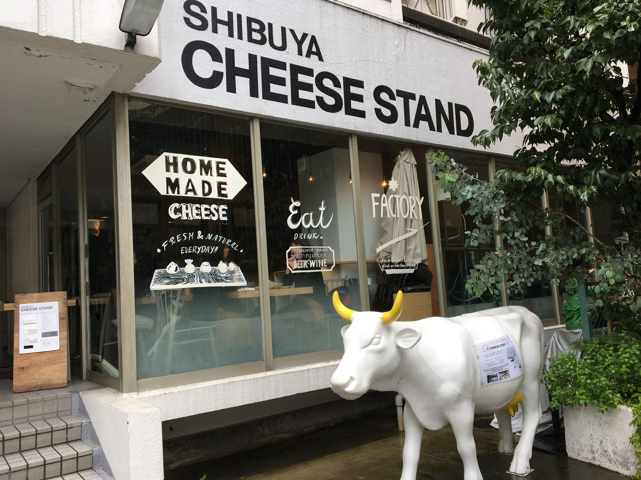 NHK前にあるCHEESE STAND 木曜日のお昼も女子達で賑やかでした