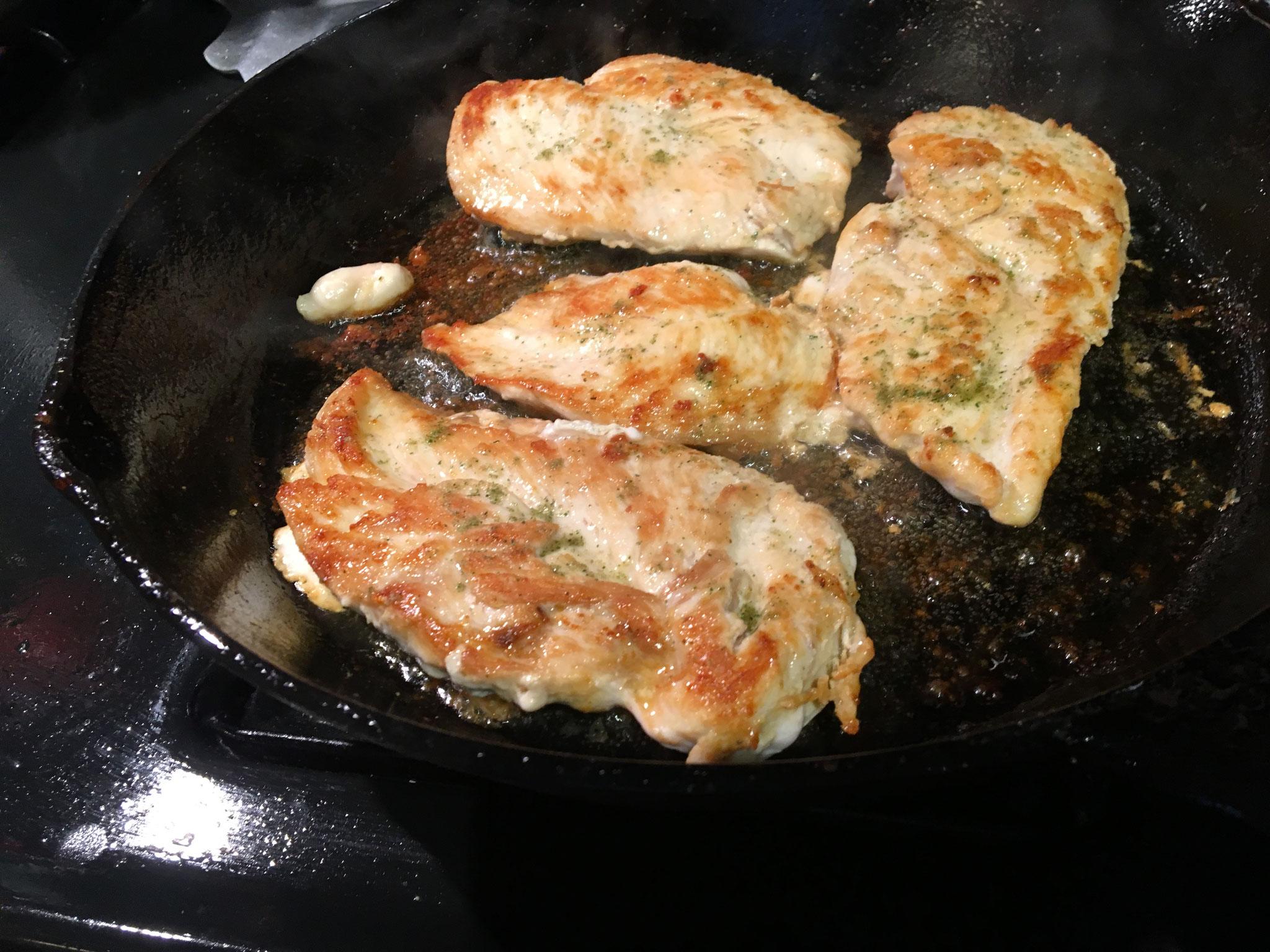 鶏肉にハーブソルトをふりかけオリーブ油で焼く