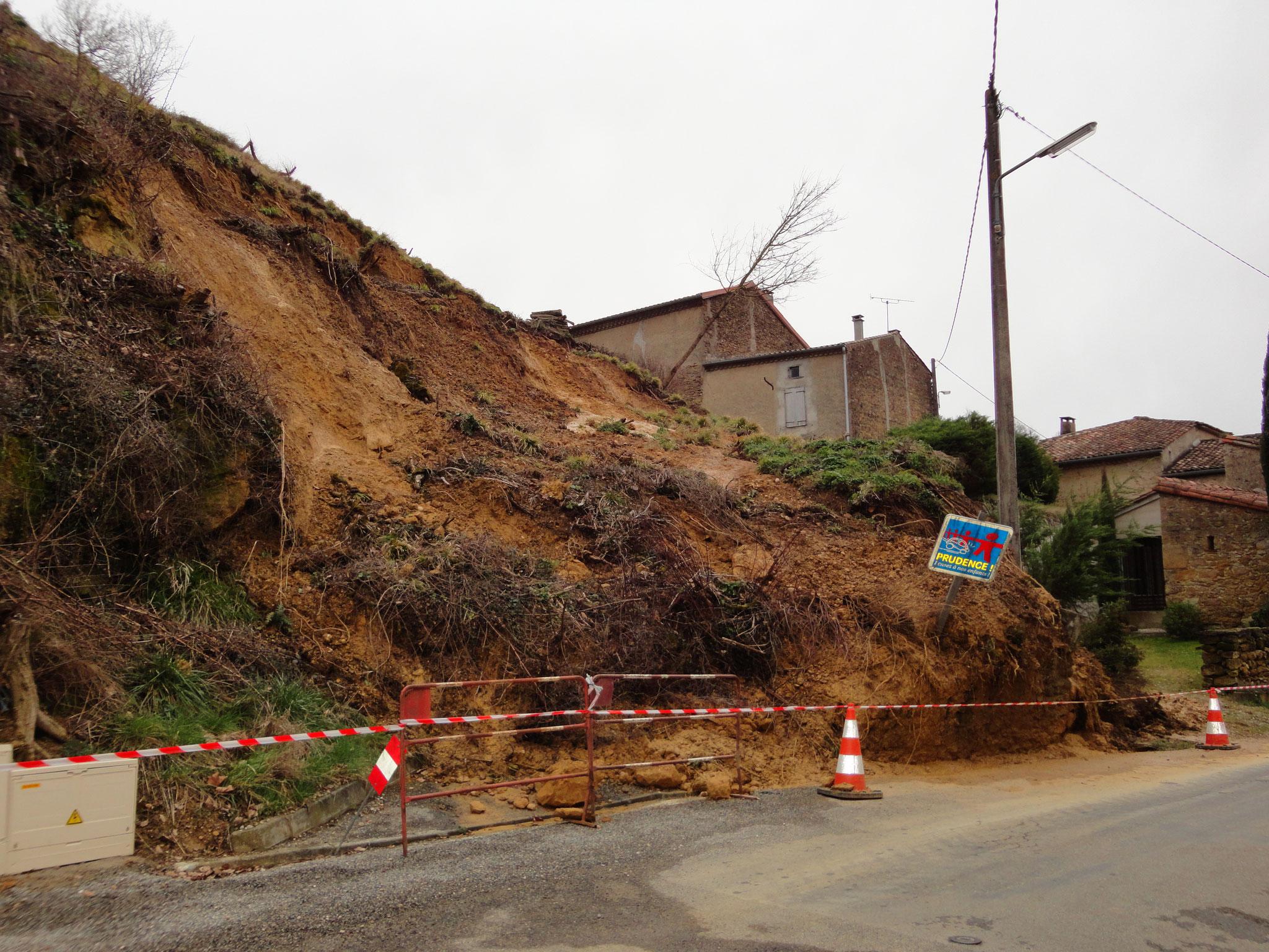 Petit glissement de terrain dans la commune de Teilhet dans le pays de Mirepoix.  © DDT 09