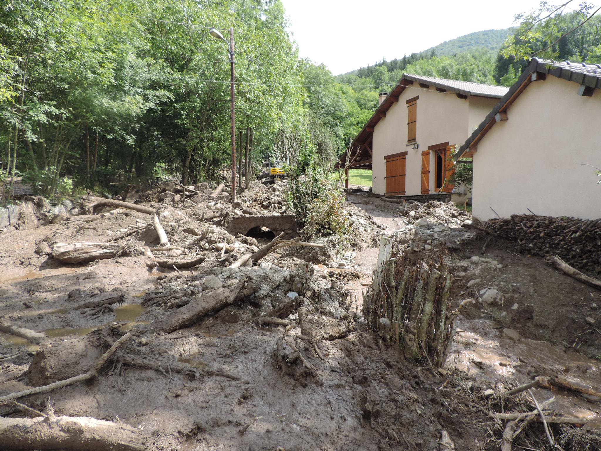 La boue amenée par la crue est quasiment à hauteur des fenêtres des habitations. © DDT 09