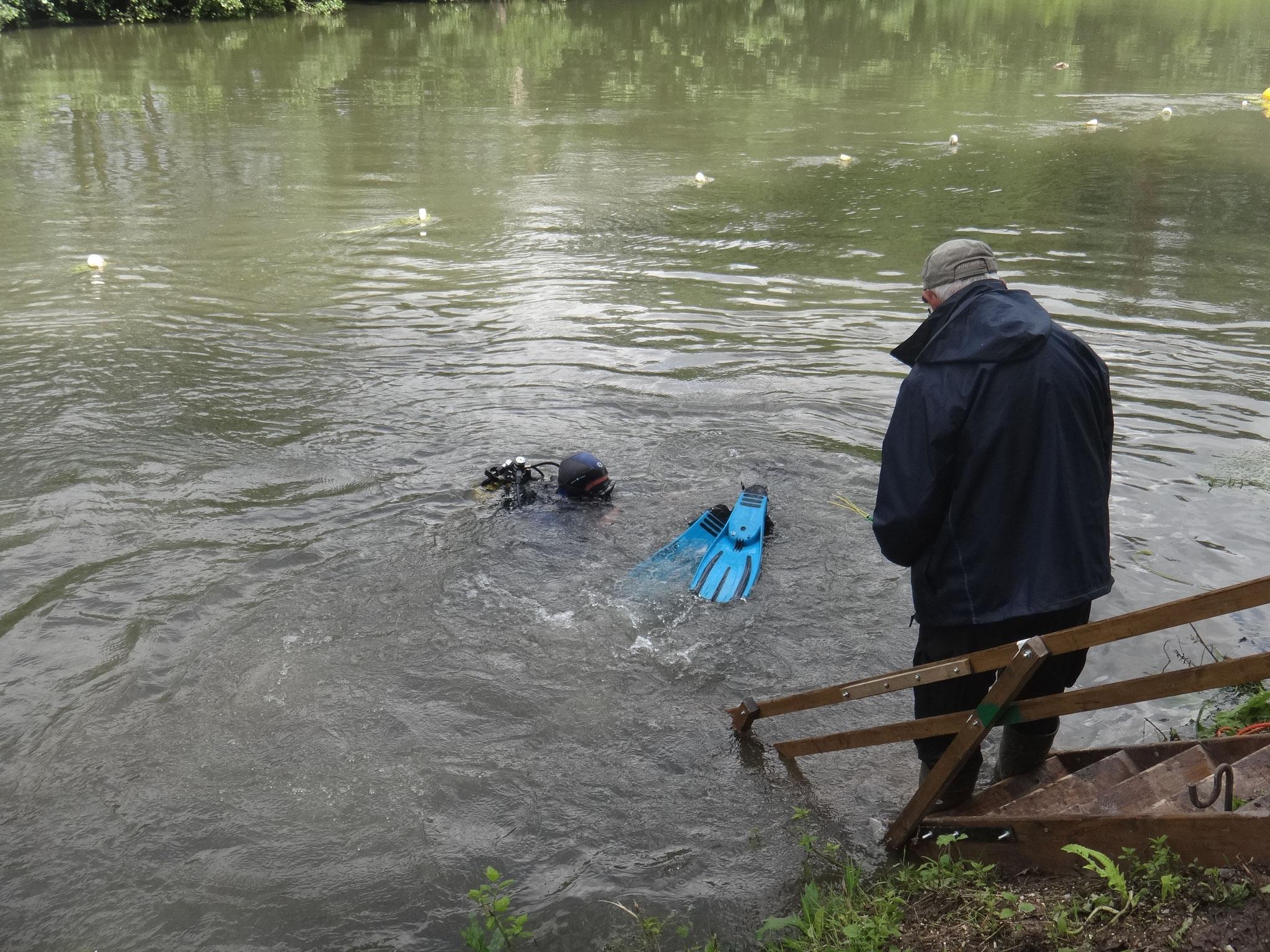 Deux plongeurs descendent poser les dosimètres