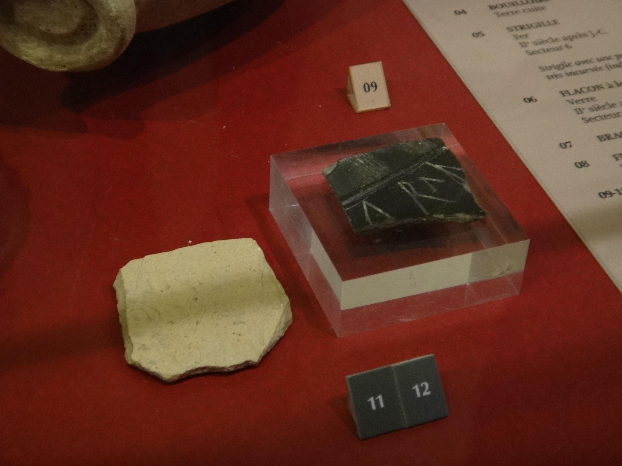 fragments de panse de céramique avec des inscriptions ; 1er s
