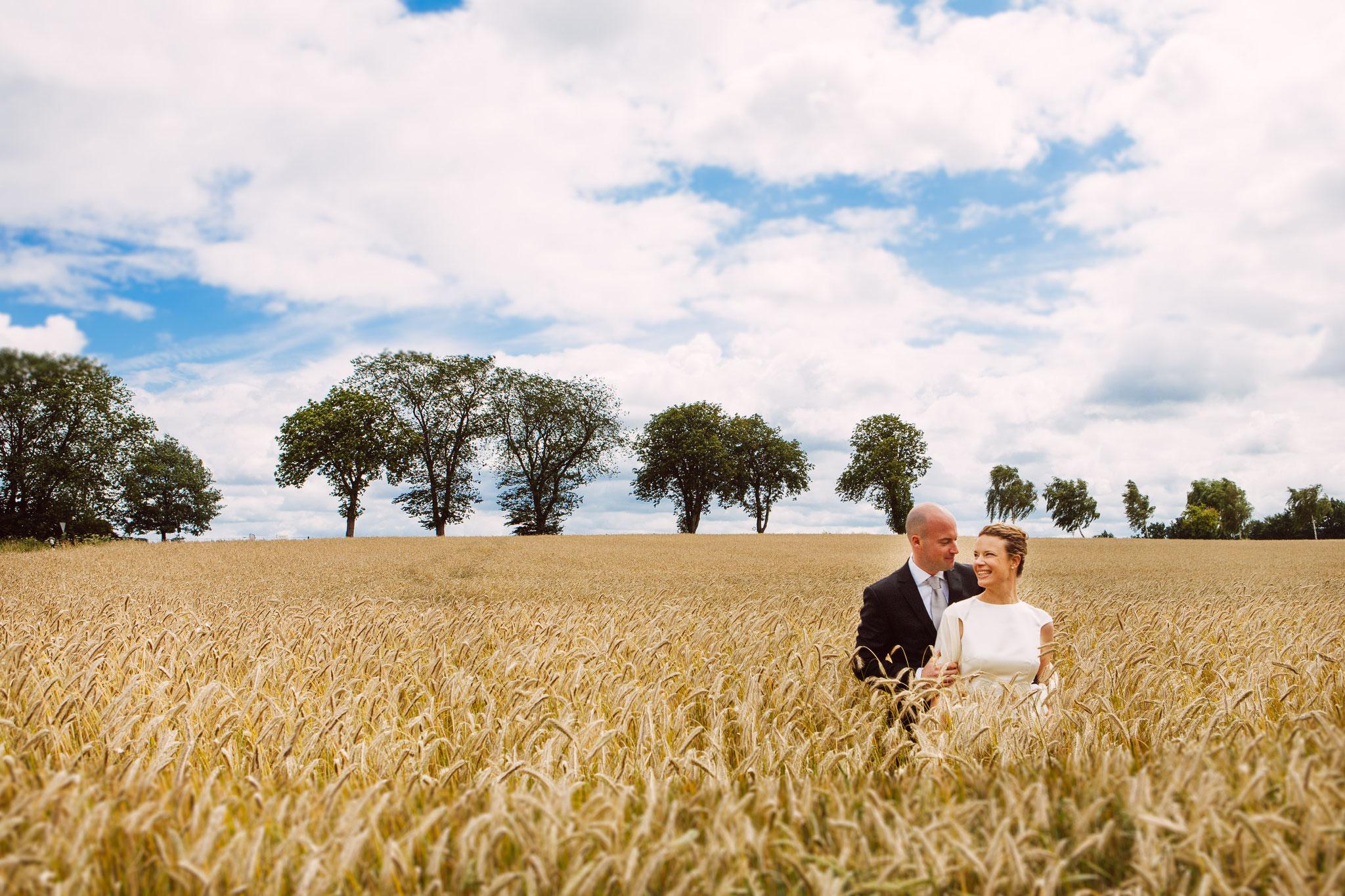 Ein Hochzeitsfoto im Kornfeld