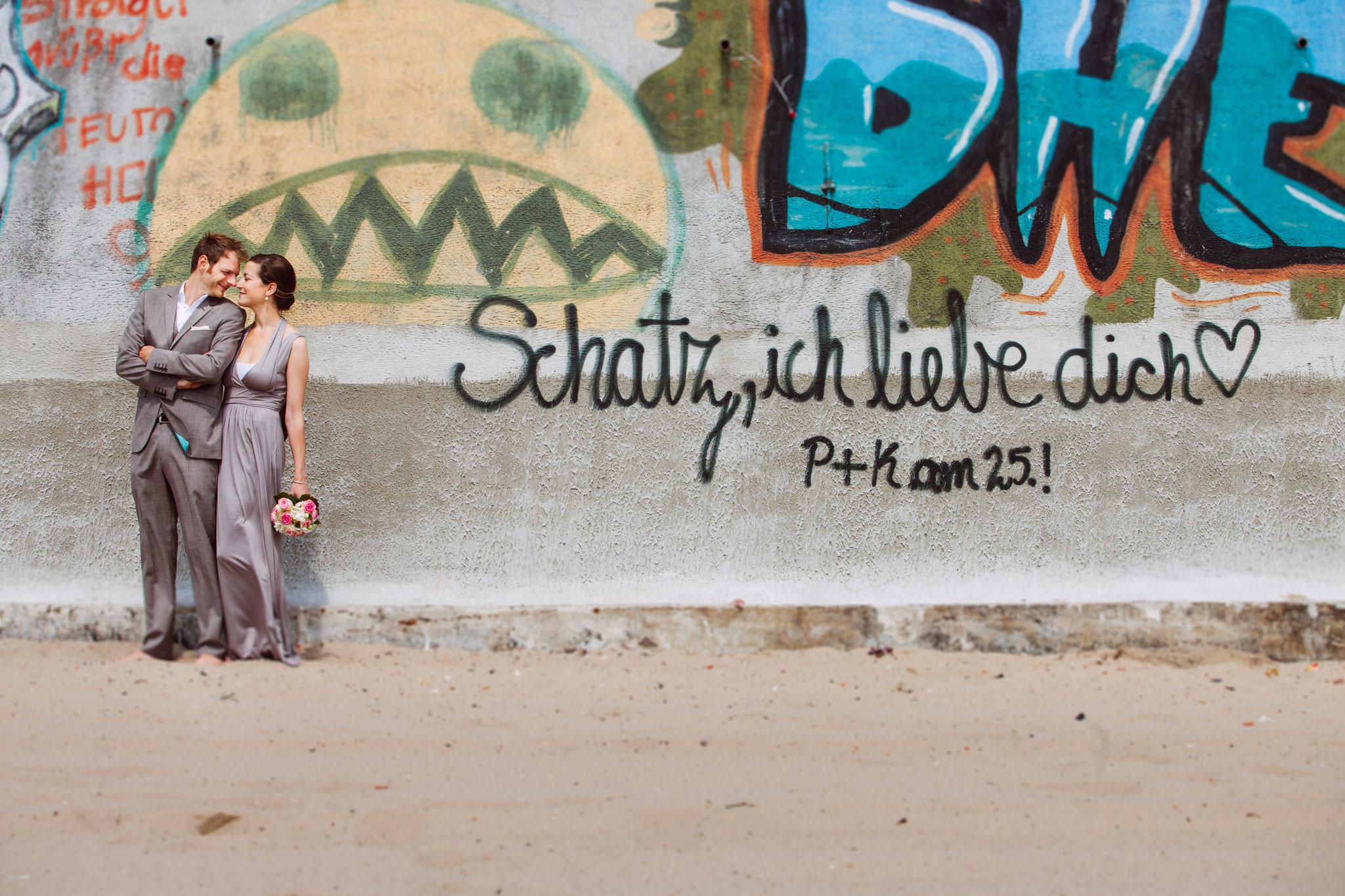 Der Elbstrand am Hamburger Museumhafen ist immer ein Hochzeitbild wert.