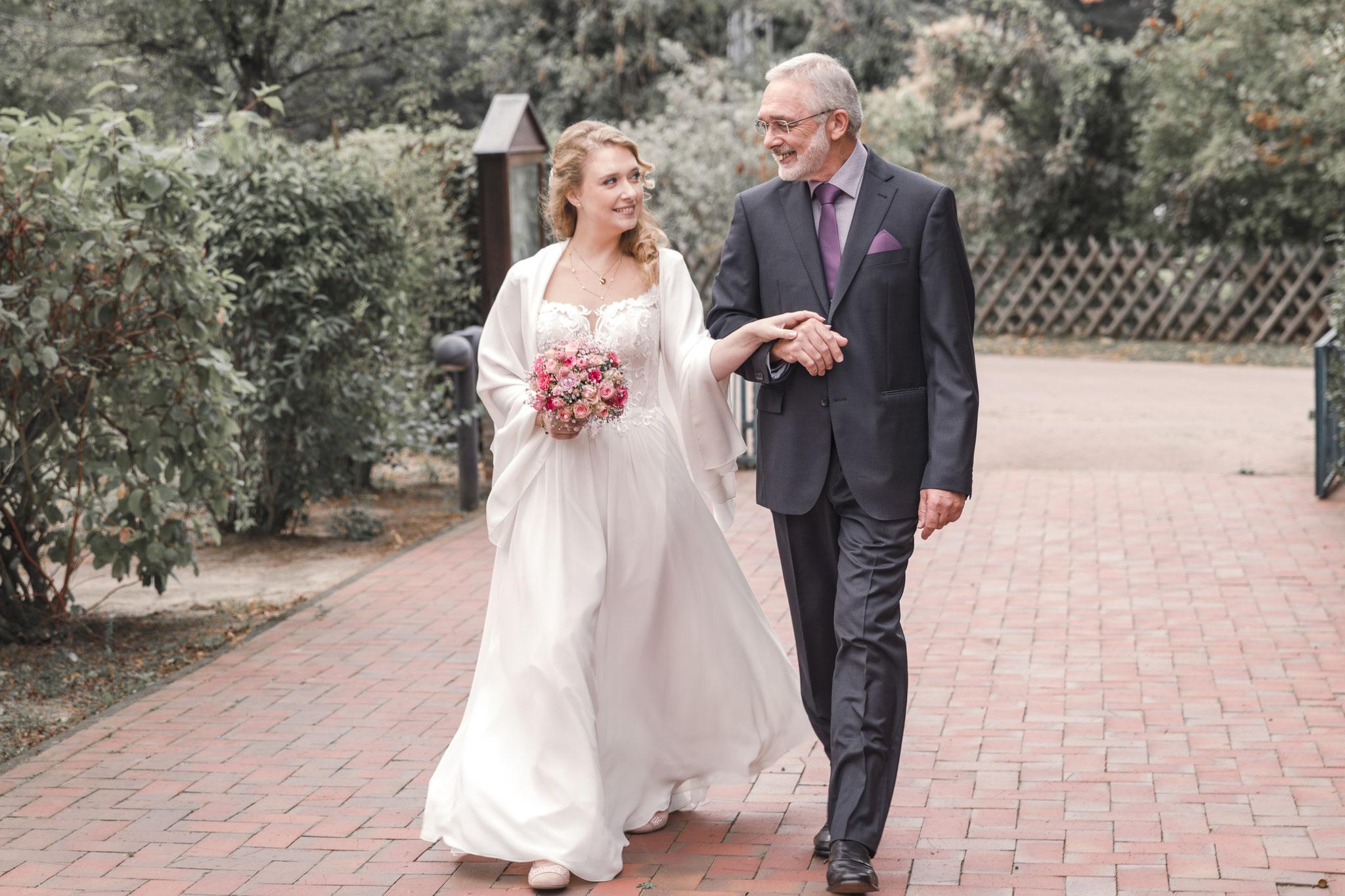 Braut und Brautvater auf dem Weg in die Kirche in Scharnebeck