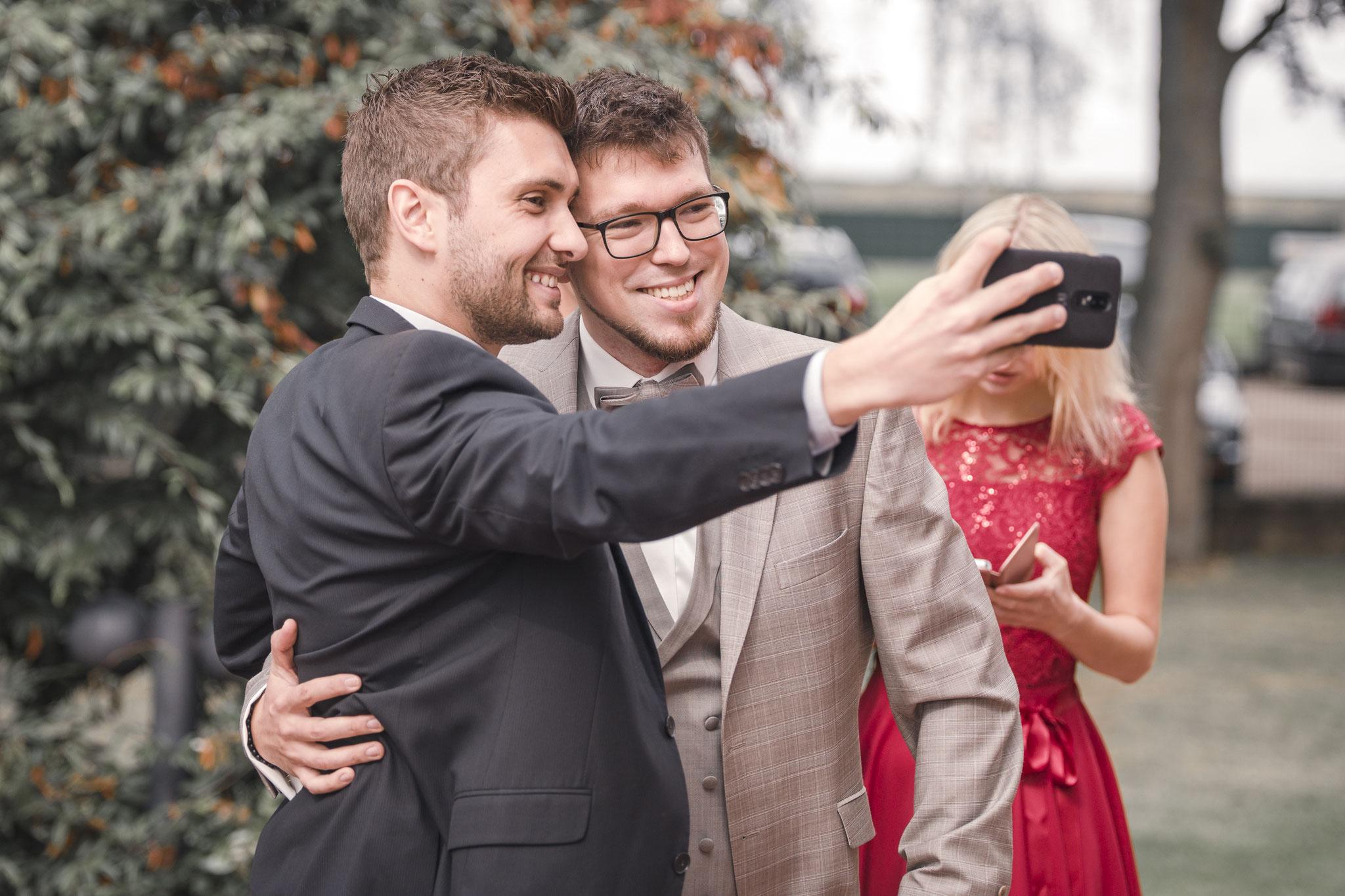 Anti-Nervositäts-Selfie vor der Trauung - hier in Lüneburg