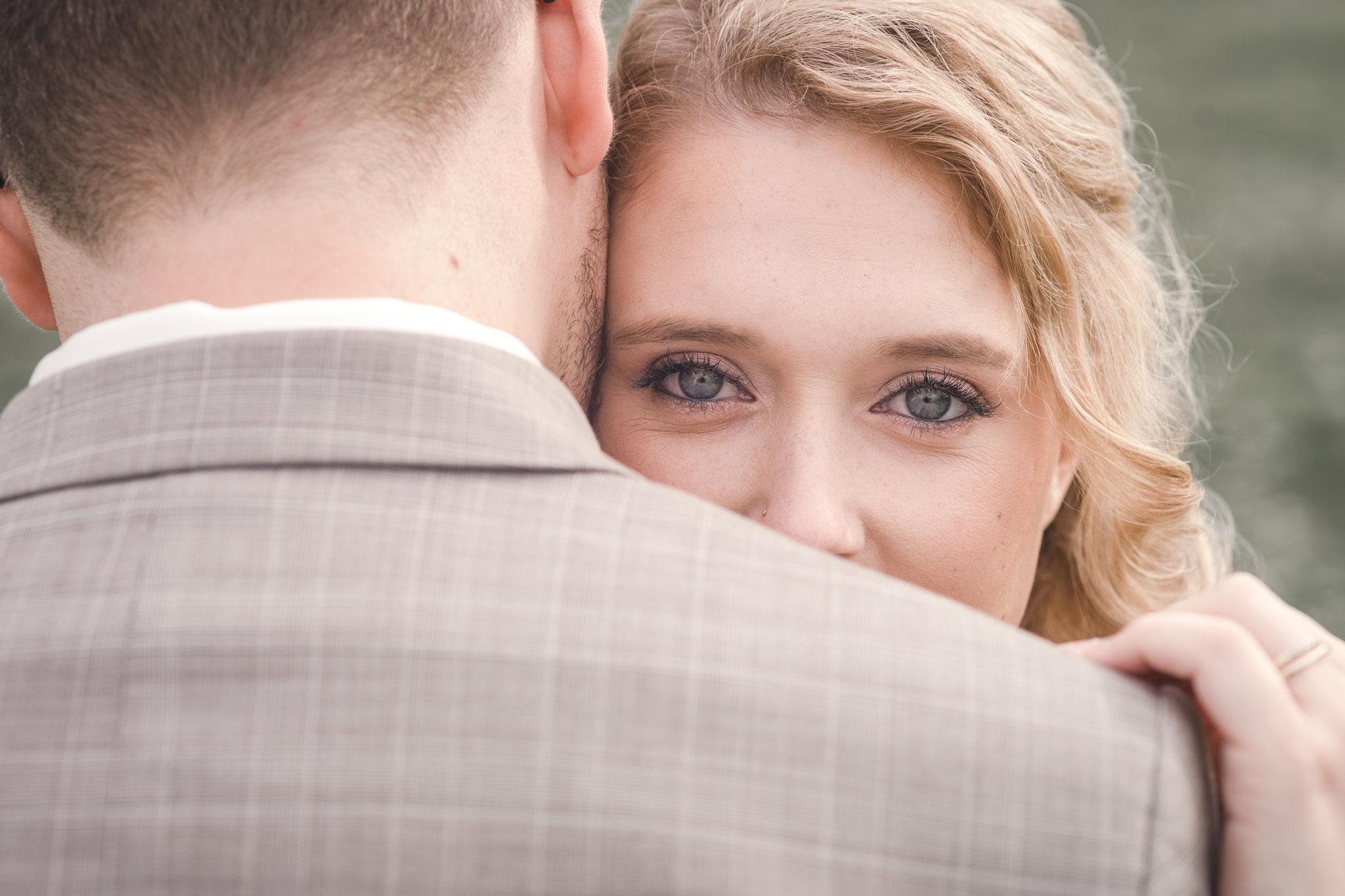 Blick über die Schulter des Bräutigams in die gemeinsame Zukunft