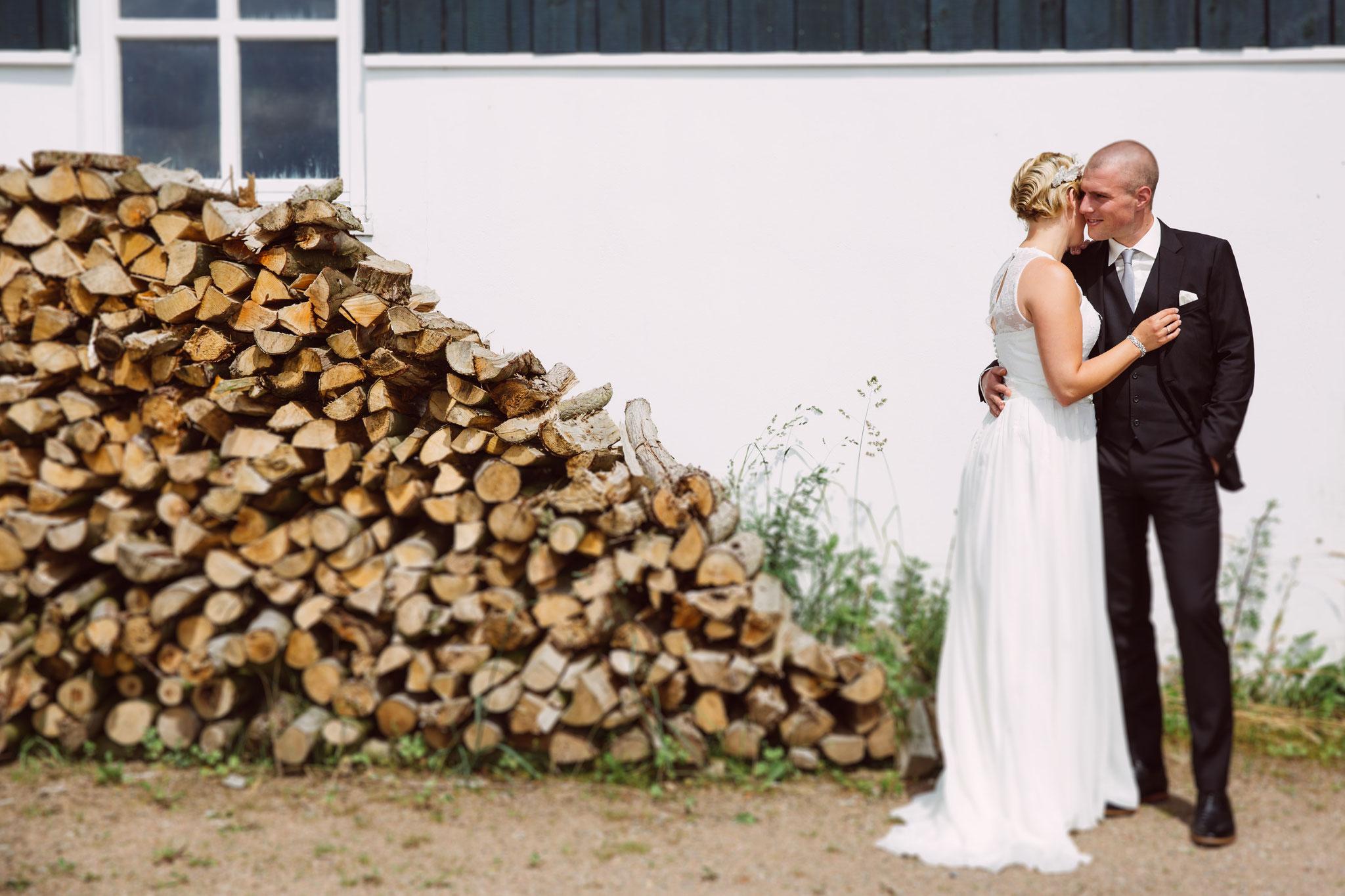 Braut, Bräutigan und ganz schön viel Feuerholz