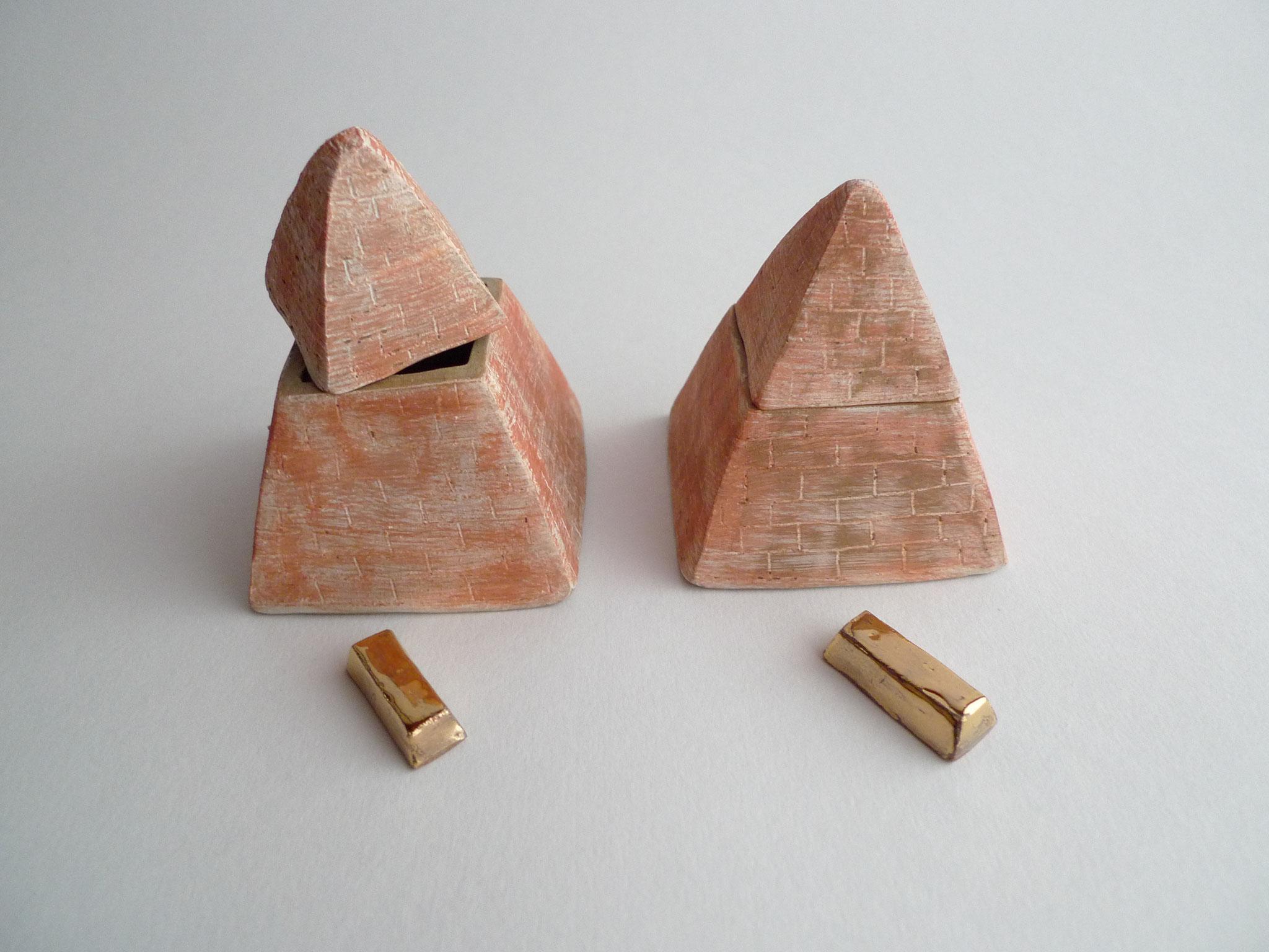 ピラミッドの中に金塊?!