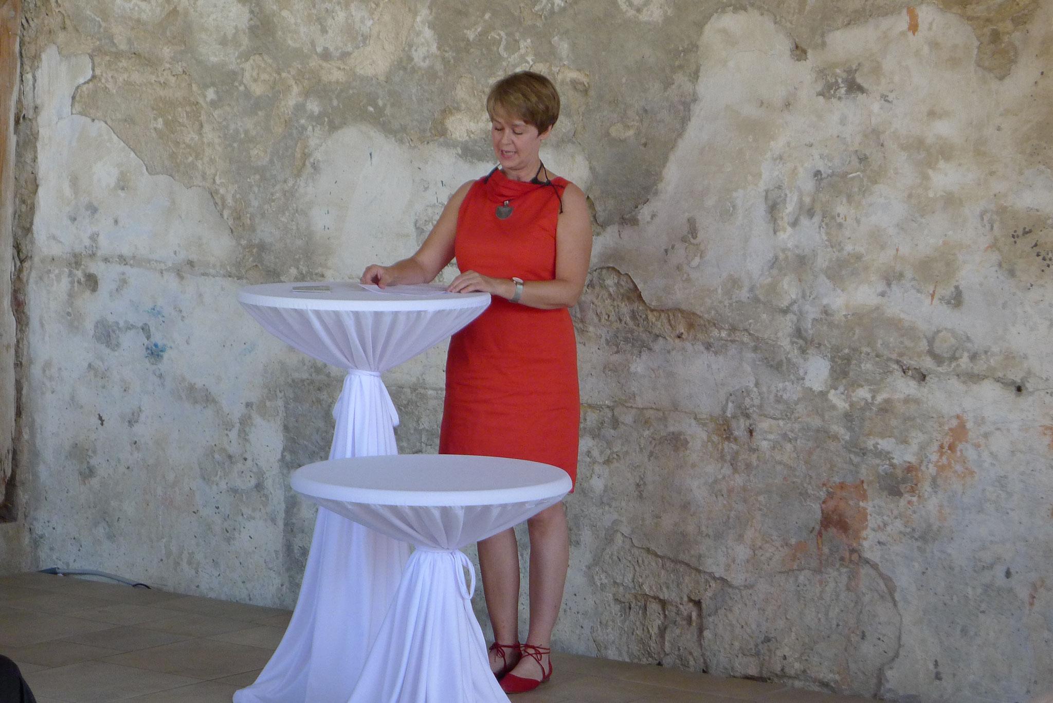 Kunstgeschichtlerin Frau Claudia Scheller-Schach bei Ihrer Rede zum Werk von Gerda Bier.