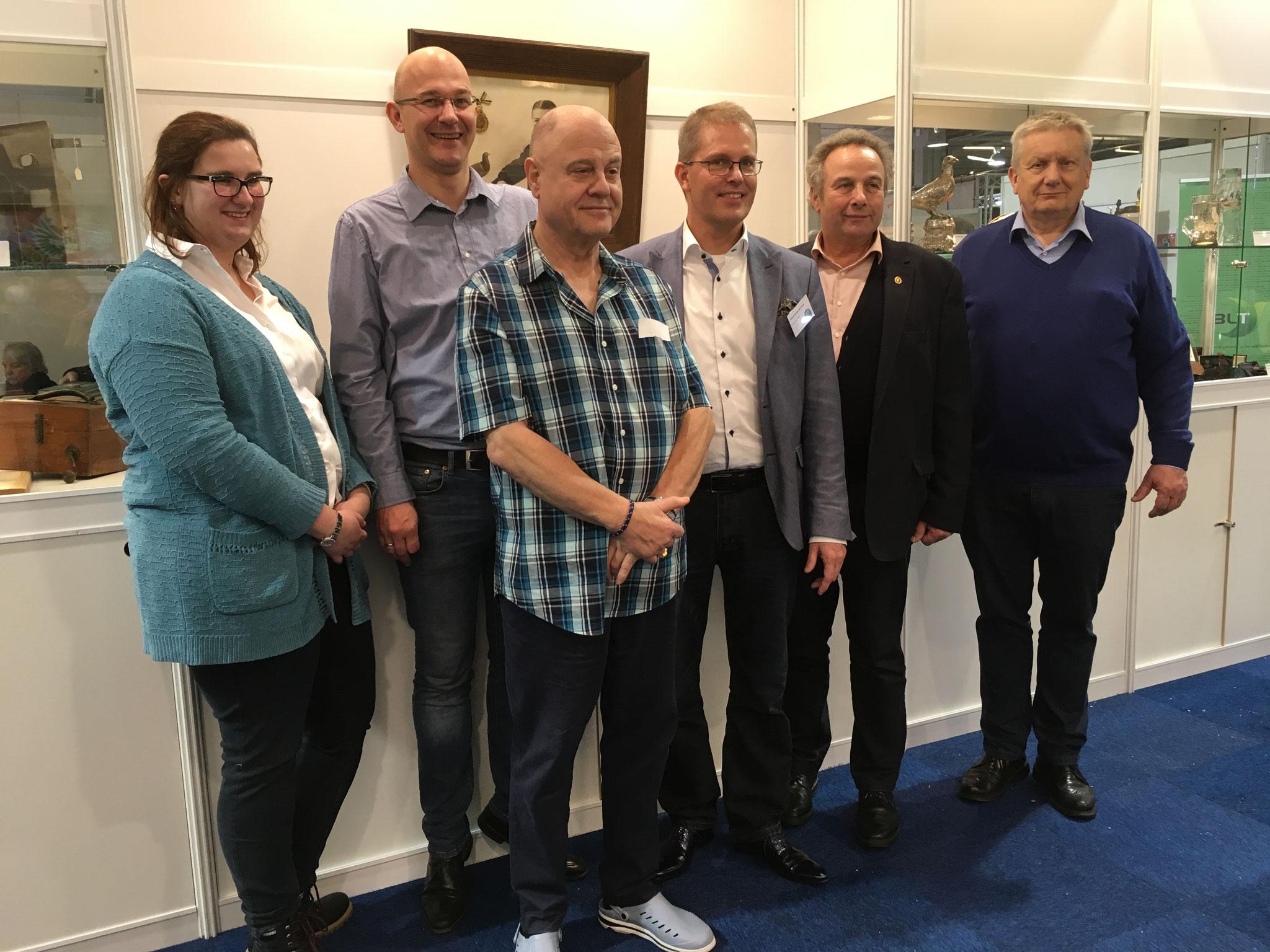 Gruppenfoto der Delegation der Brieftauben-Historiker mit dem holländischen Präsidenten