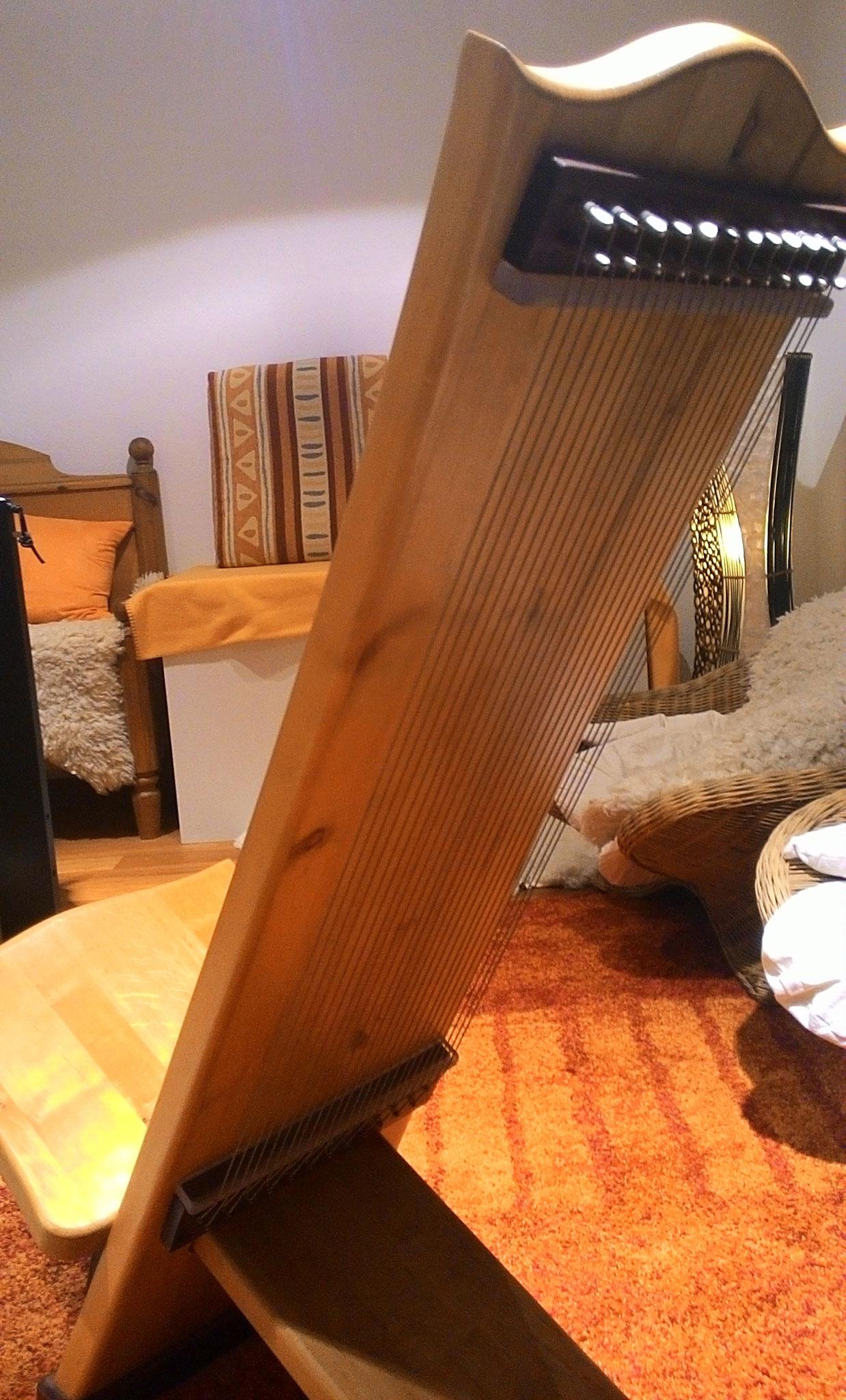 """Klangstuhl, das """"Monochord"""" zum Sitzen"""