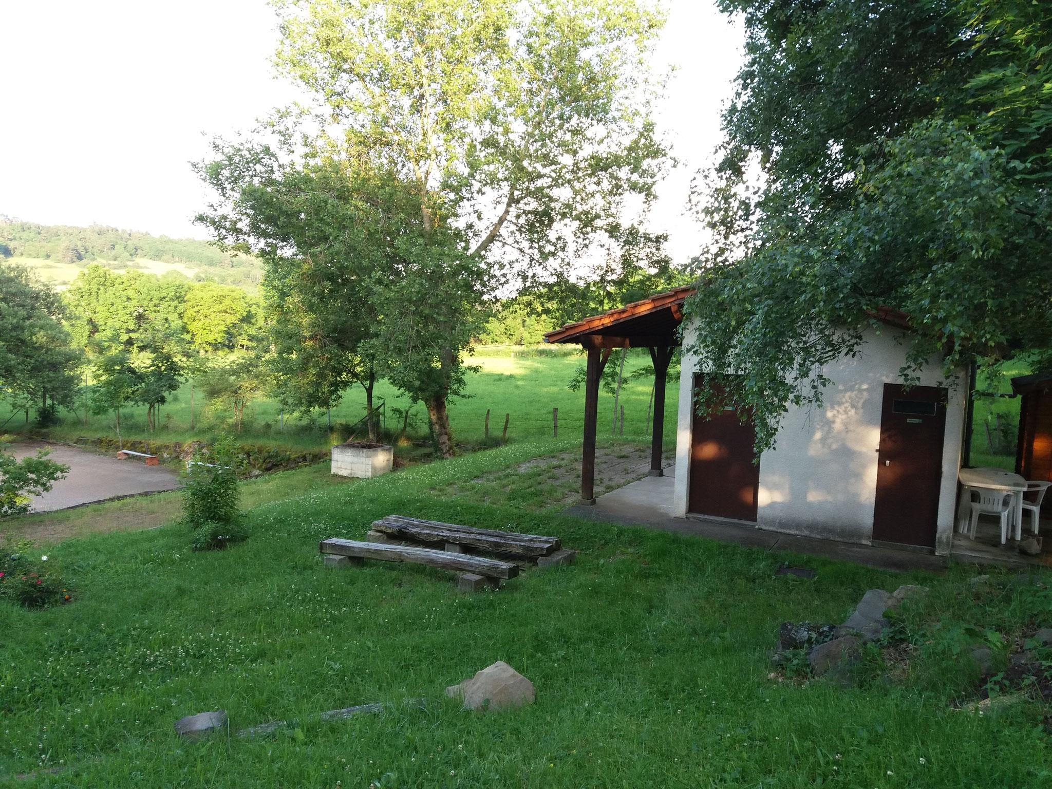 Barbecue maçonné et terrasse abritée