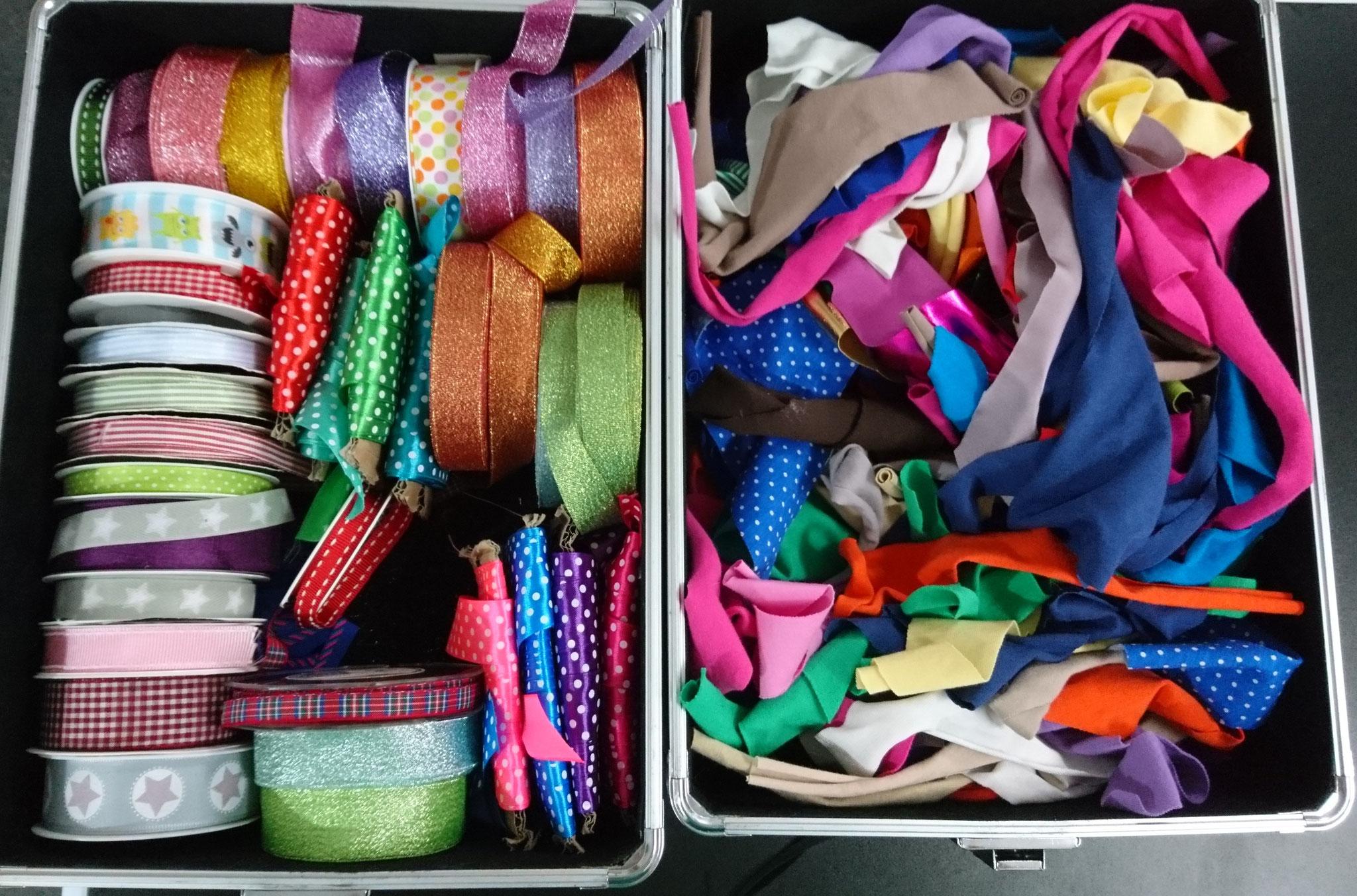 jedes Kuscheltier darf man hübsch machen mit einer Schleife oder Halstuch, eine große Auswahl steht zur Verfügung. Die Halstücher werden von Hand zugeschnitten.