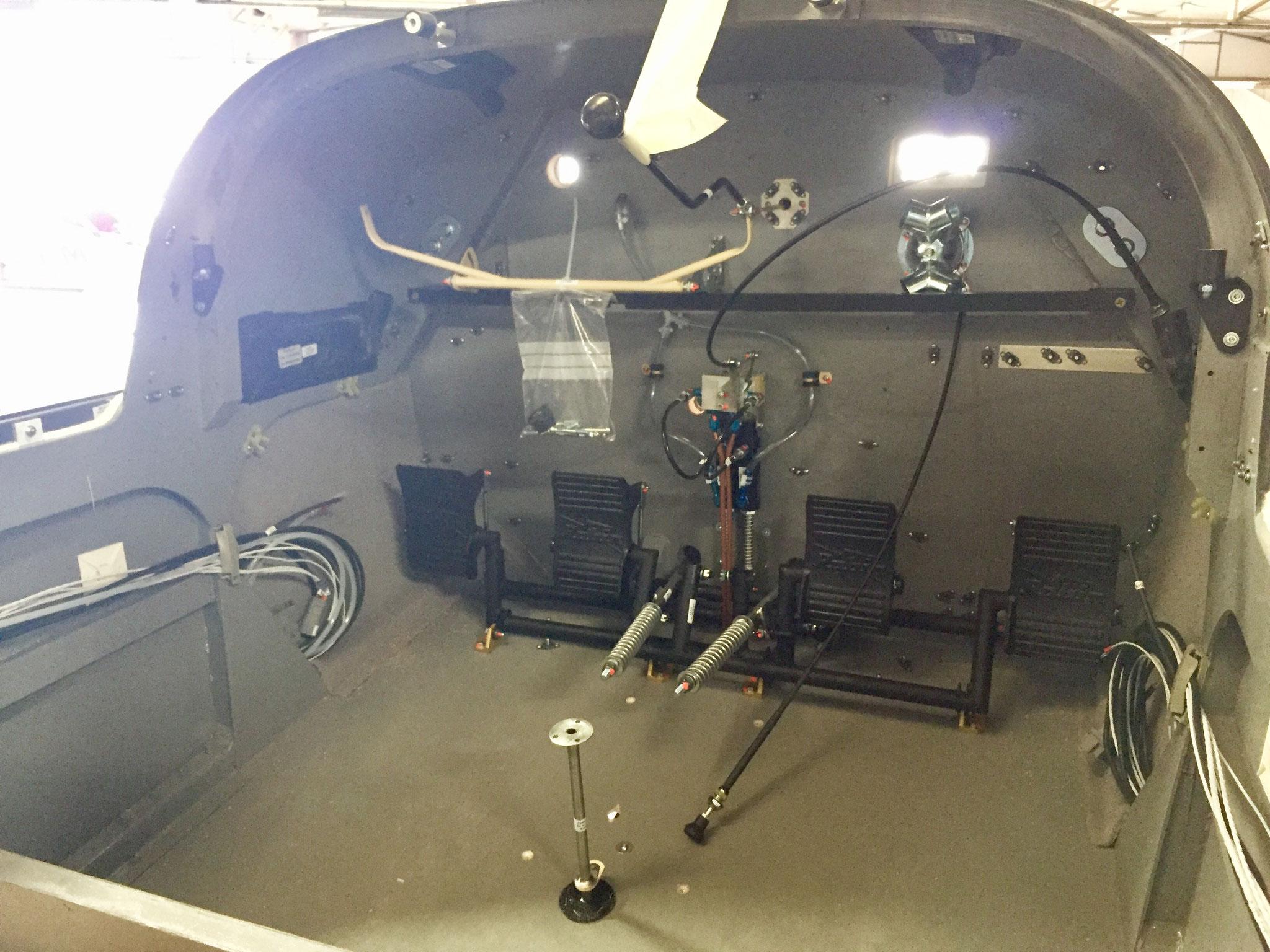 DR401-Montage intérieur cockpit nu système de commandes