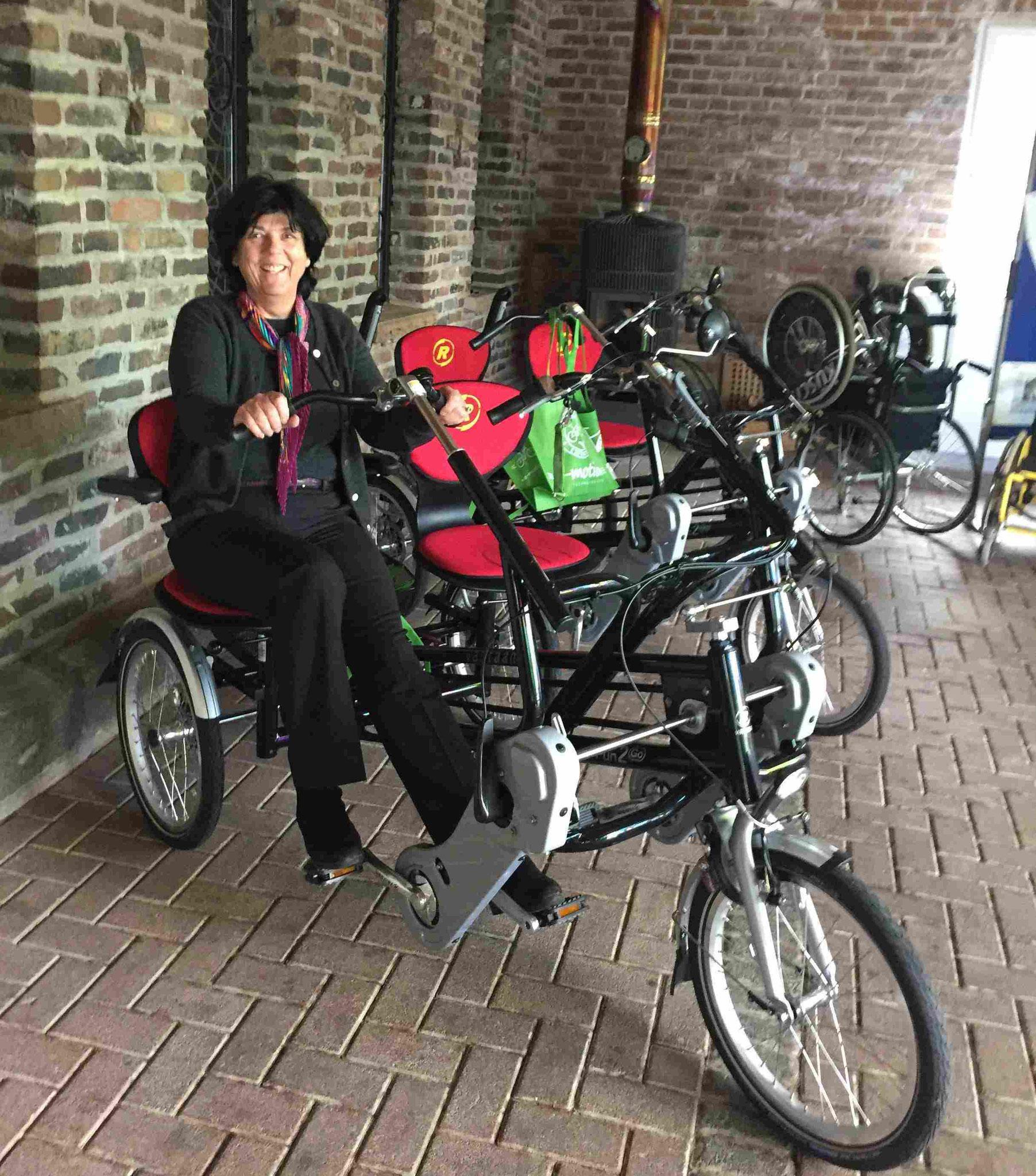 Jutta Zülow 1. Vorsitzende  Burkard Zülow Tandem Stiftung, beim Testsitzen der der 3 neuen  von e-motion Düsseldorf gelieferten Van Raam Fun 2 Go für den Tandem Tag auf Gut Gnadental.