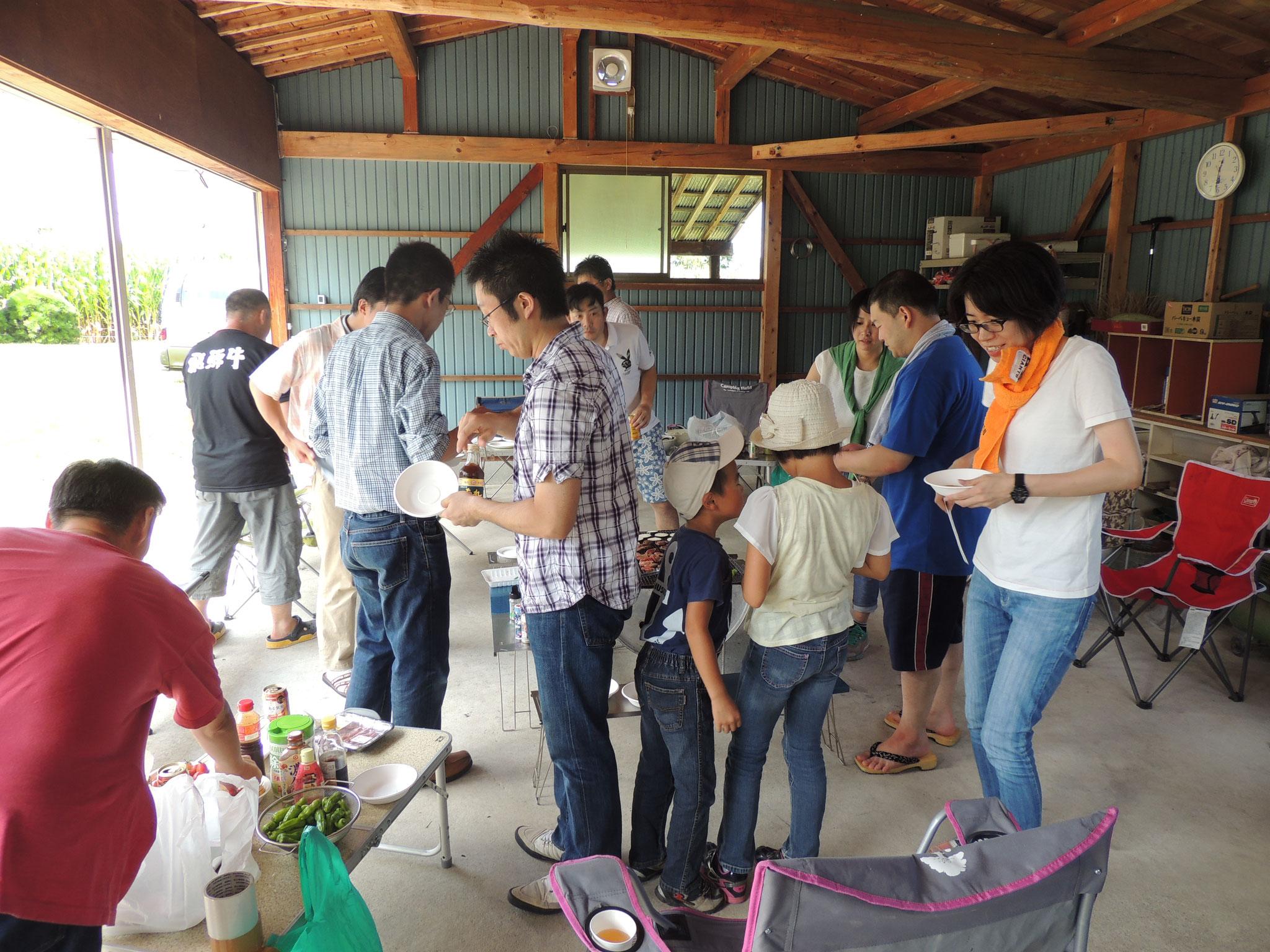 正午から、嶋田邸  を会場に、恒例となってきたバーベキューのはじまりです。