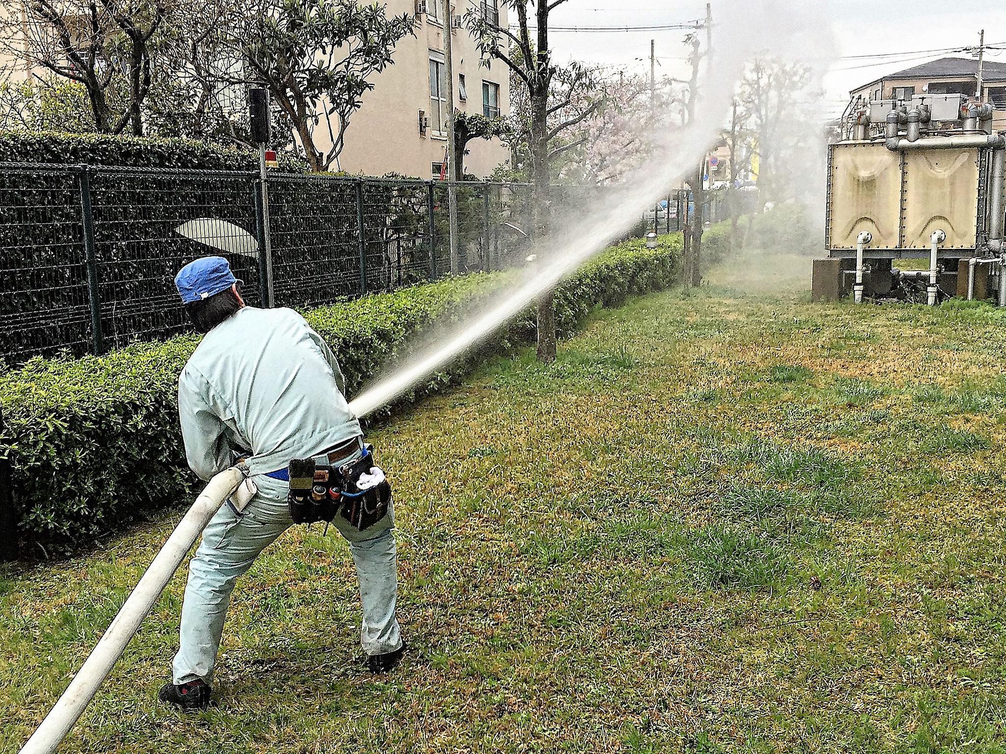 屋外消火栓の放水試験中。
