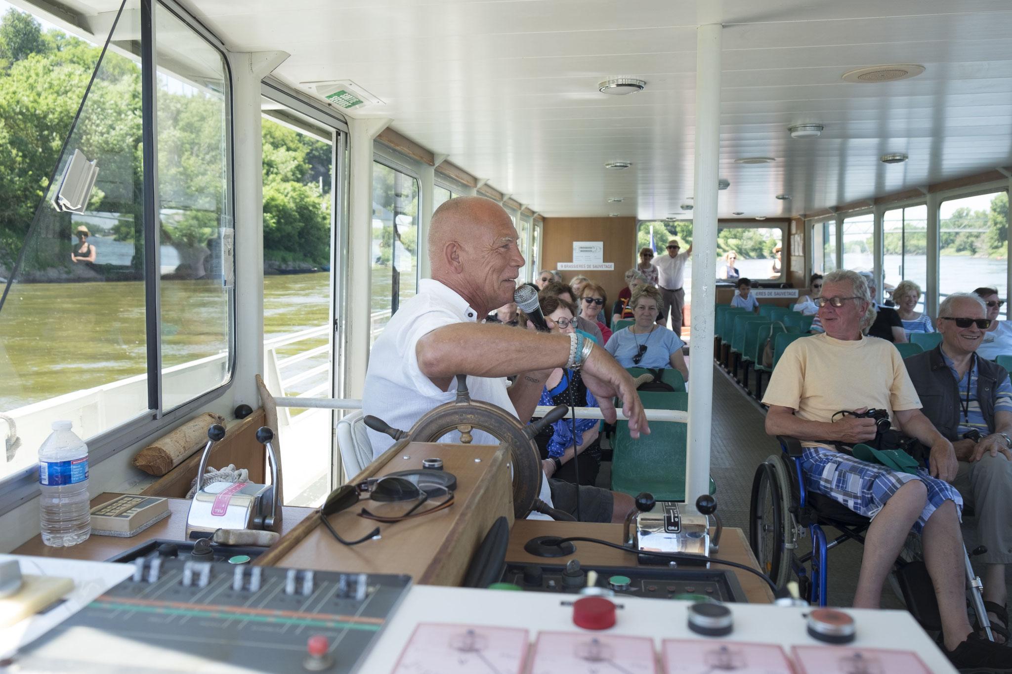 Jean-Patrick à bord de son bateau, expliquant à ses passagers l'histoire de la Loire et ses différentes anecdotes, © Dominique Drouet