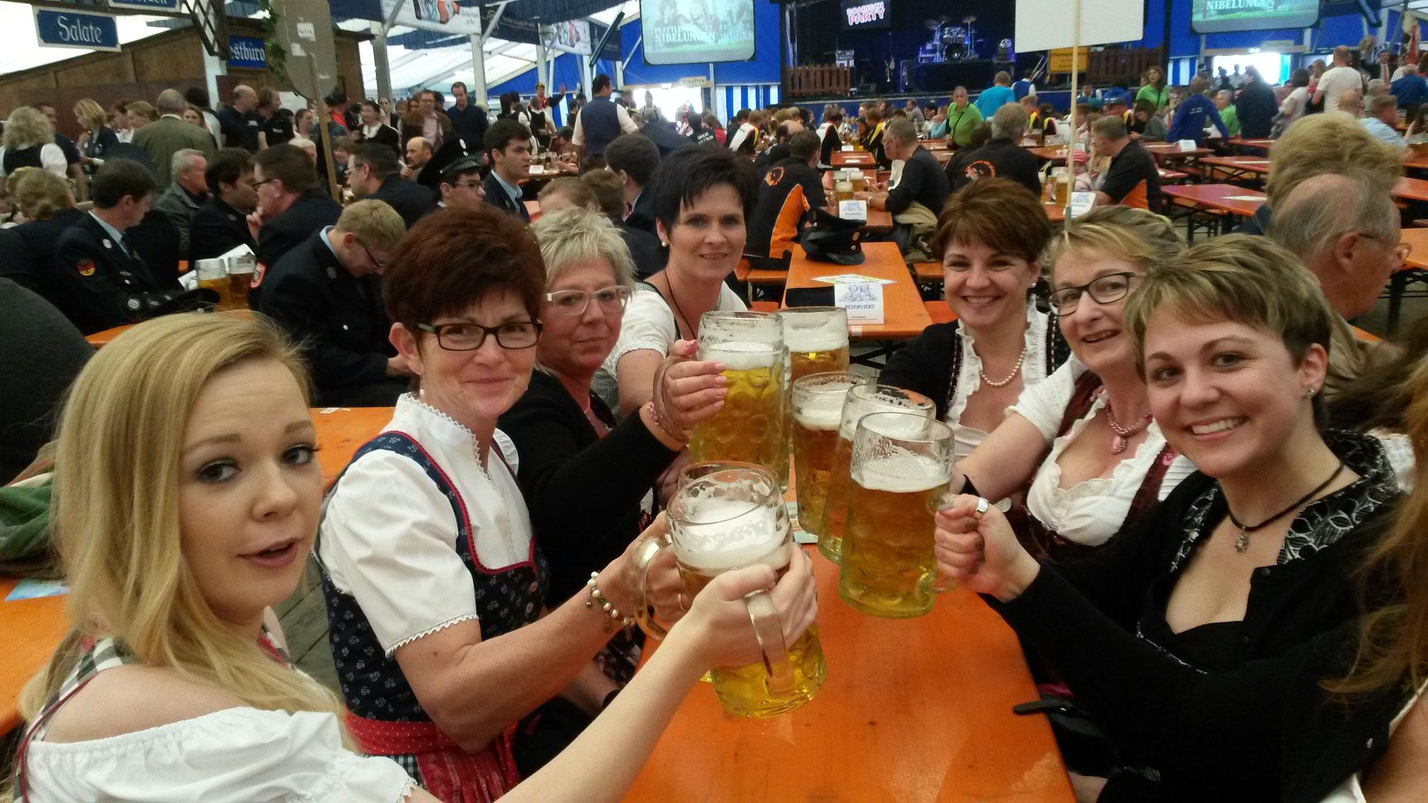 Kellerbuam Mädels im Volksfest Plattling 2016