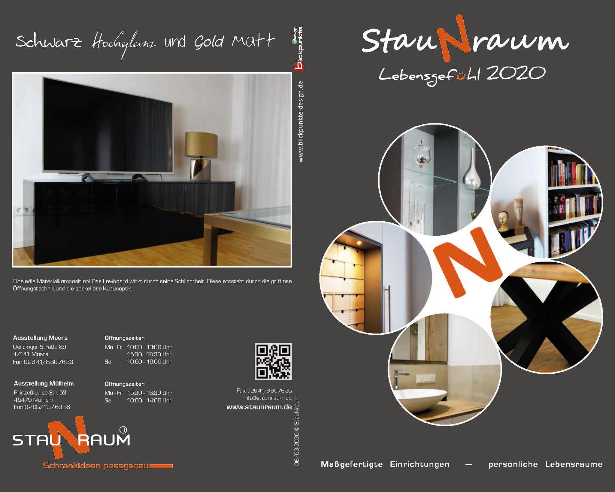 Broschüre Staunraum 2020; Titelseite Projektübersicht, Rückseite hochglänzendes Sideboard