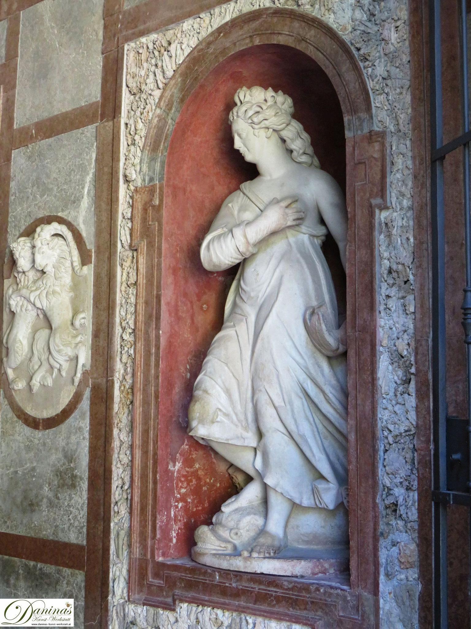 Neptungrotte Nereidenskulptur - Hellbrunner Wasserspiele in Salzburg