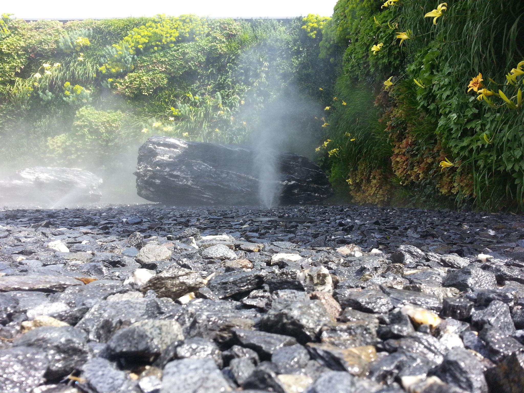 Zischende Düsen im Nebelgarten