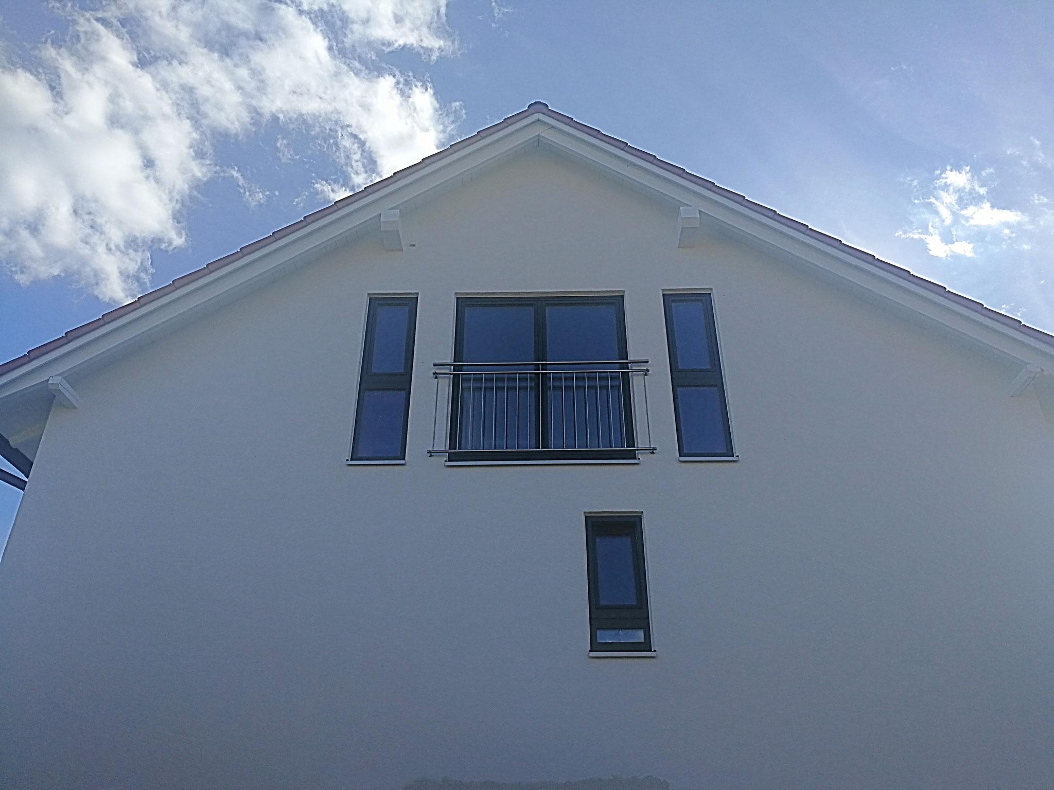 Neue Hausfront mit französischen Balkon