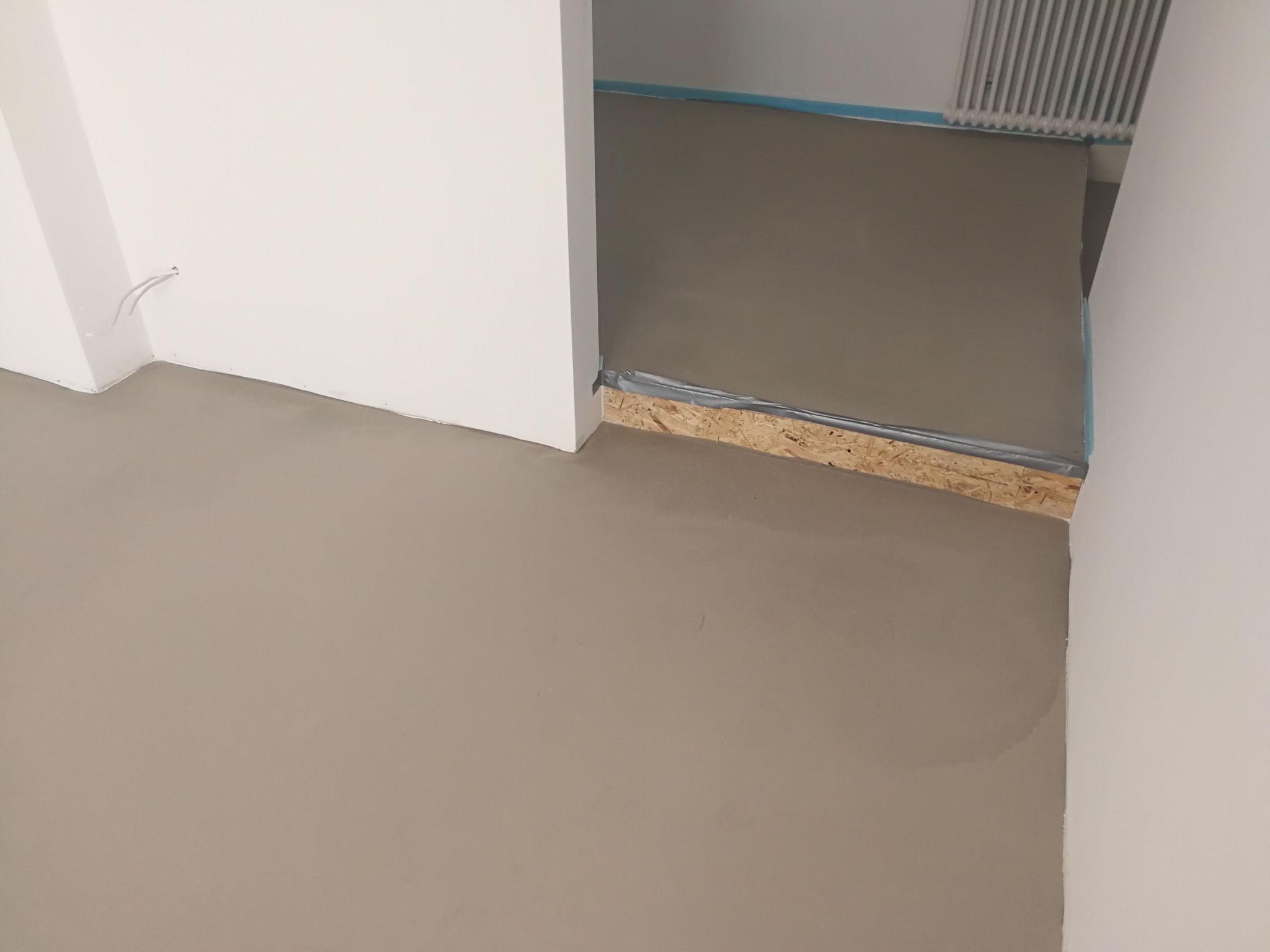 Podest und Boden zementär gespachtelt