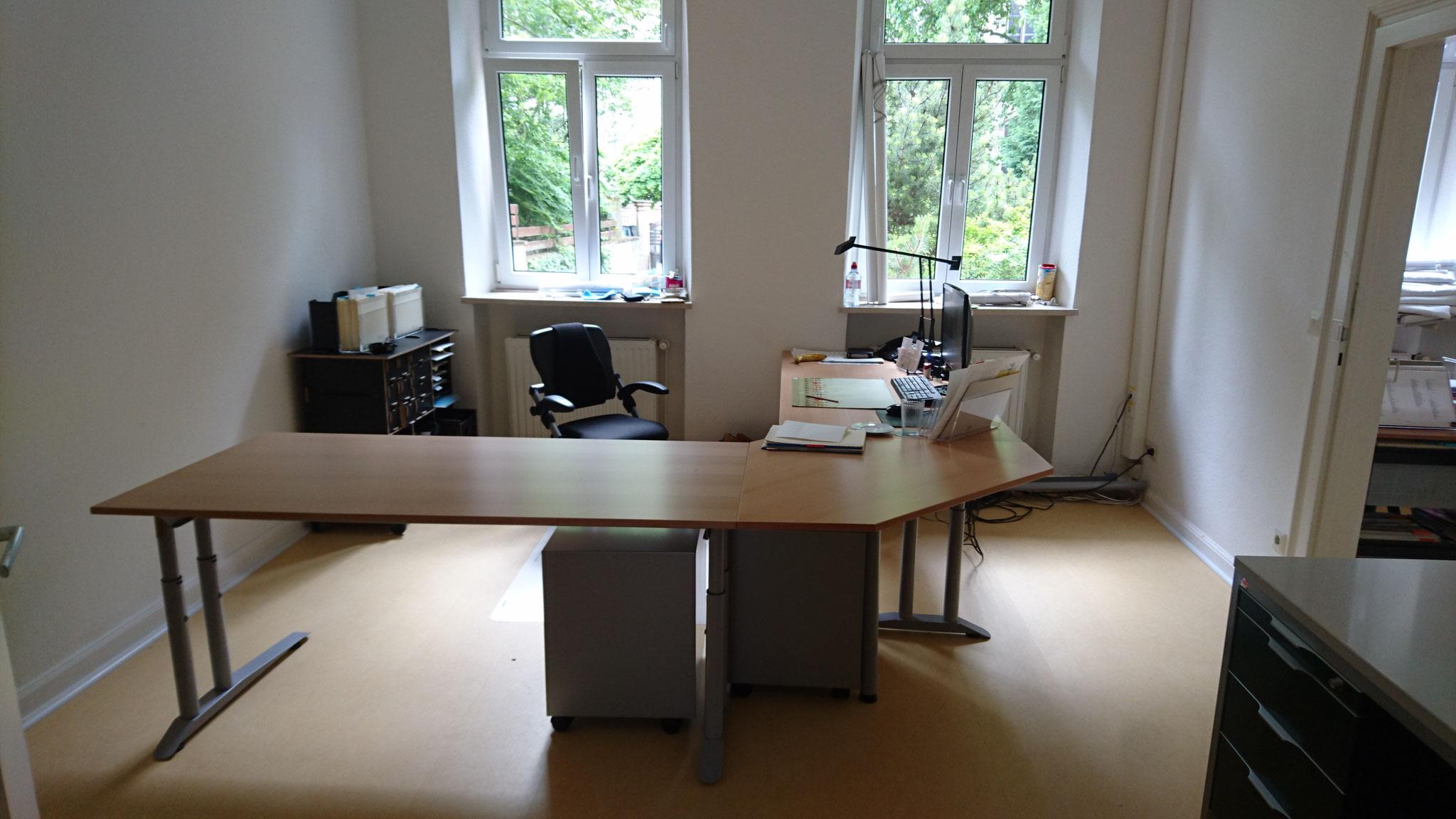 Simon hat endlich einen neuen (groooßen) Schreibtisch...