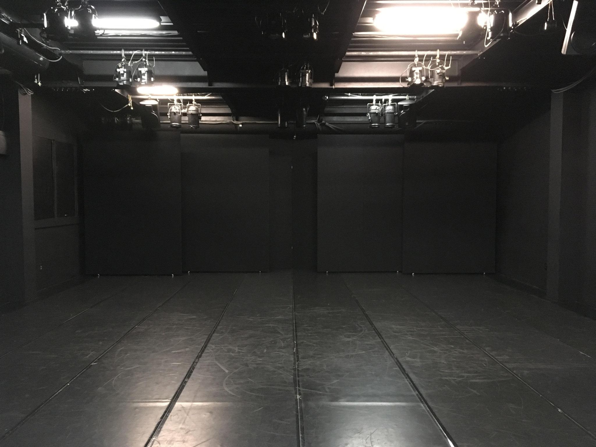 劇場スペース(床面リノリウム)/Theater space