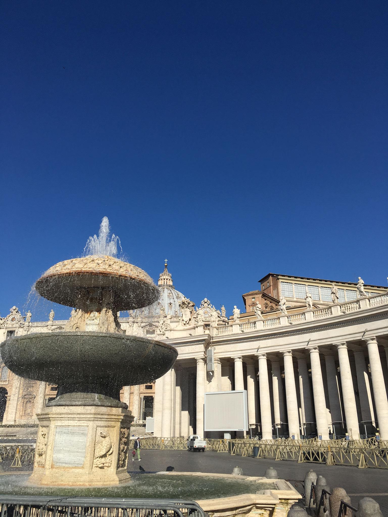 Nur anschauen! Nicht reinspringen! Die Brunnen vor dem Petersdom.